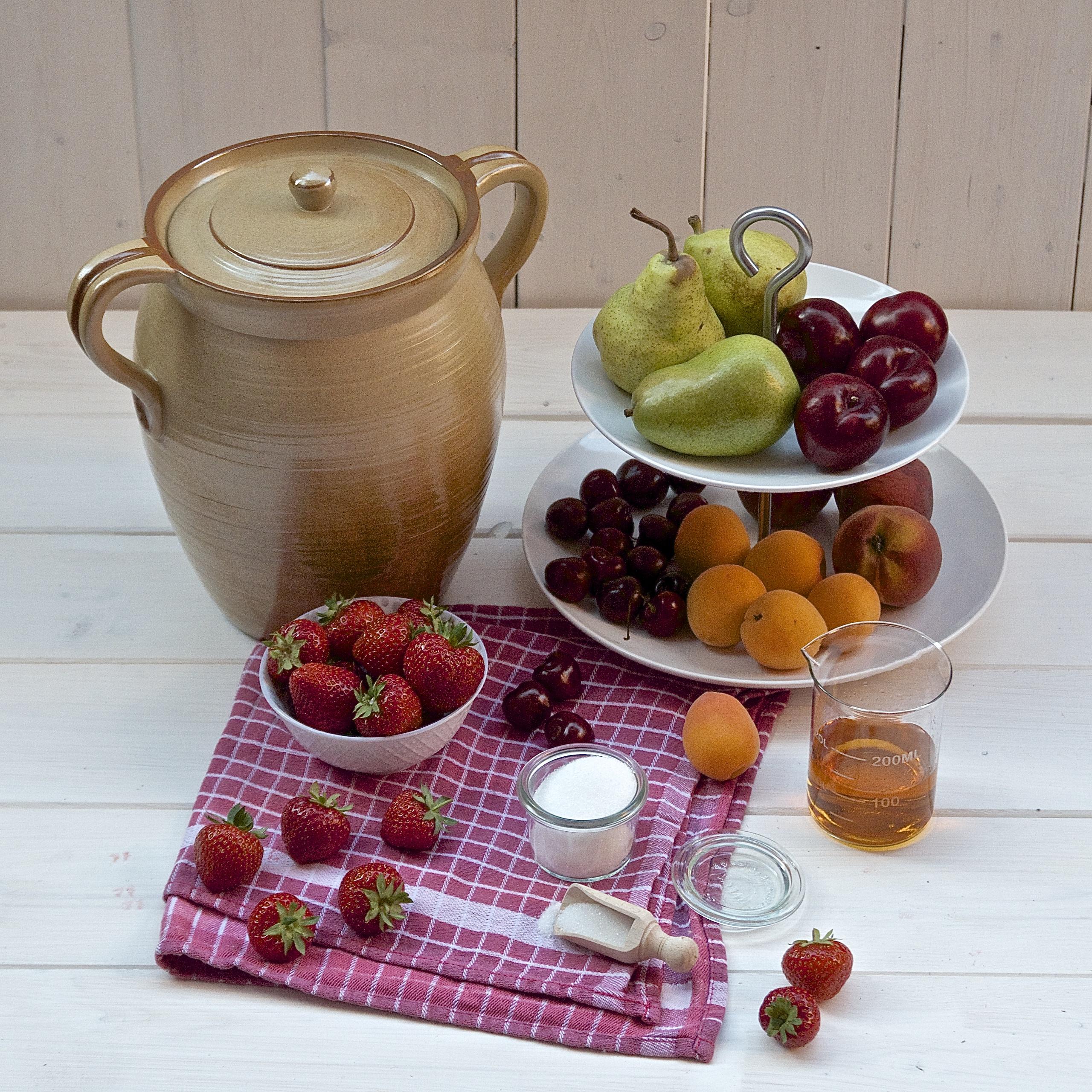Rumtopf, Früchte, Birnen, Pflaumen, Pfirsiche, Kirschen, Erdbeeren, Zucker, Rum
