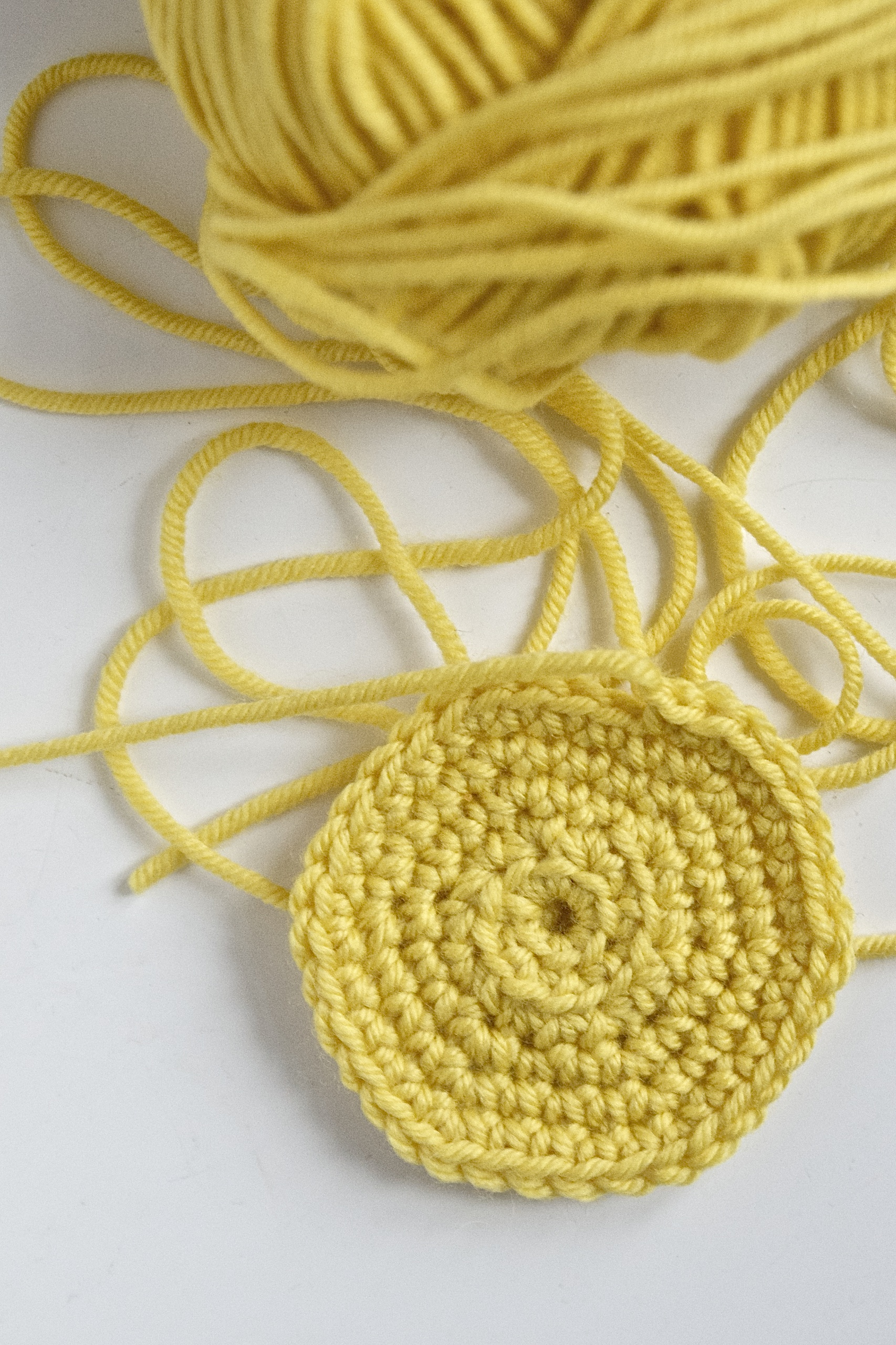 Wolle gelb, Wollknäuel, gehäkelter Kreis, Kreis häkeln