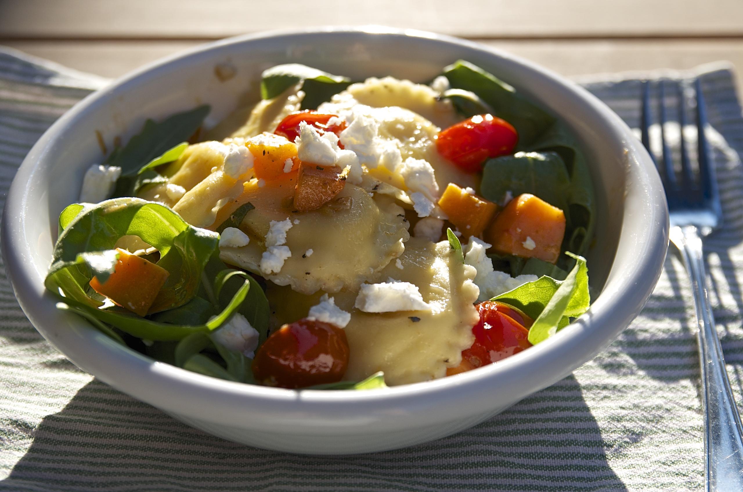 Ravioli mit Süßkartoffeln, Tomaten und Rucola