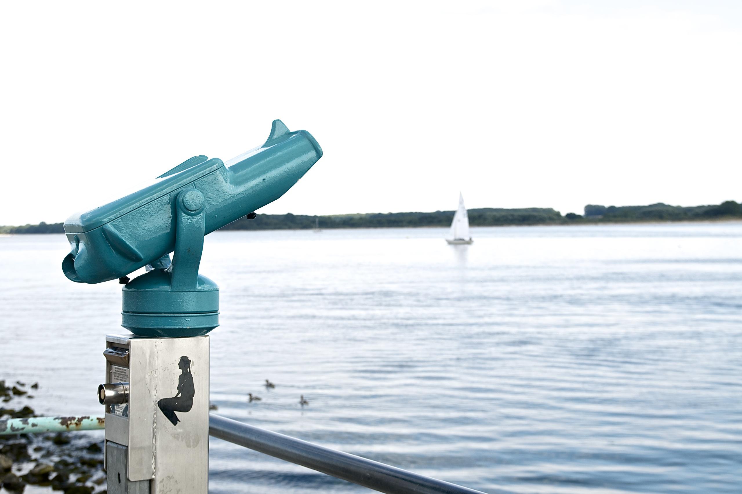 (K)Ein Tag am Meer,Fernrohr in türkis am Meer in Travemünde