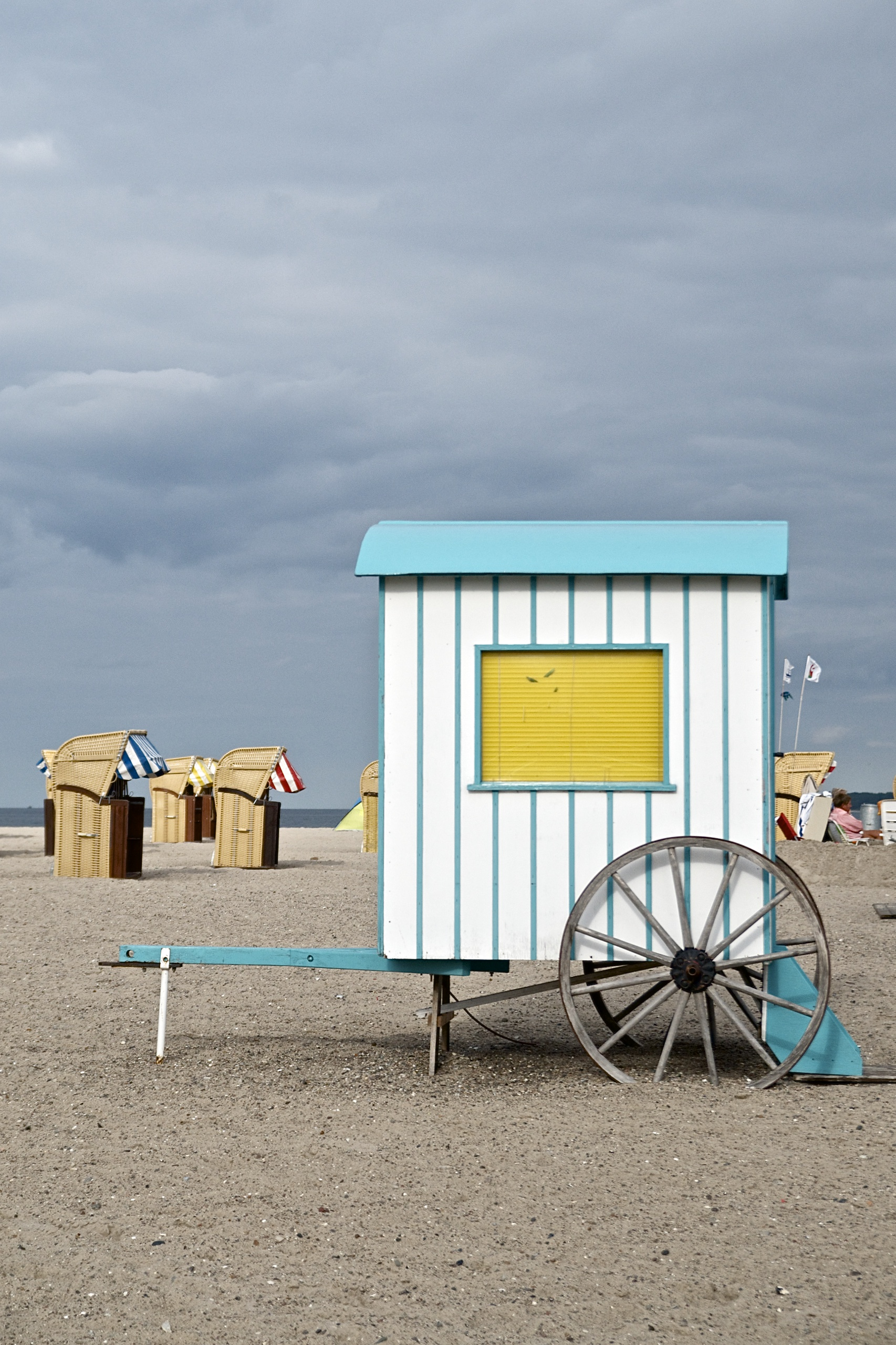 (K)Ein Tag am Meer,Badekarren am Strand in Travemünde, Sand, Wolken, Himmel, Strandkörbe