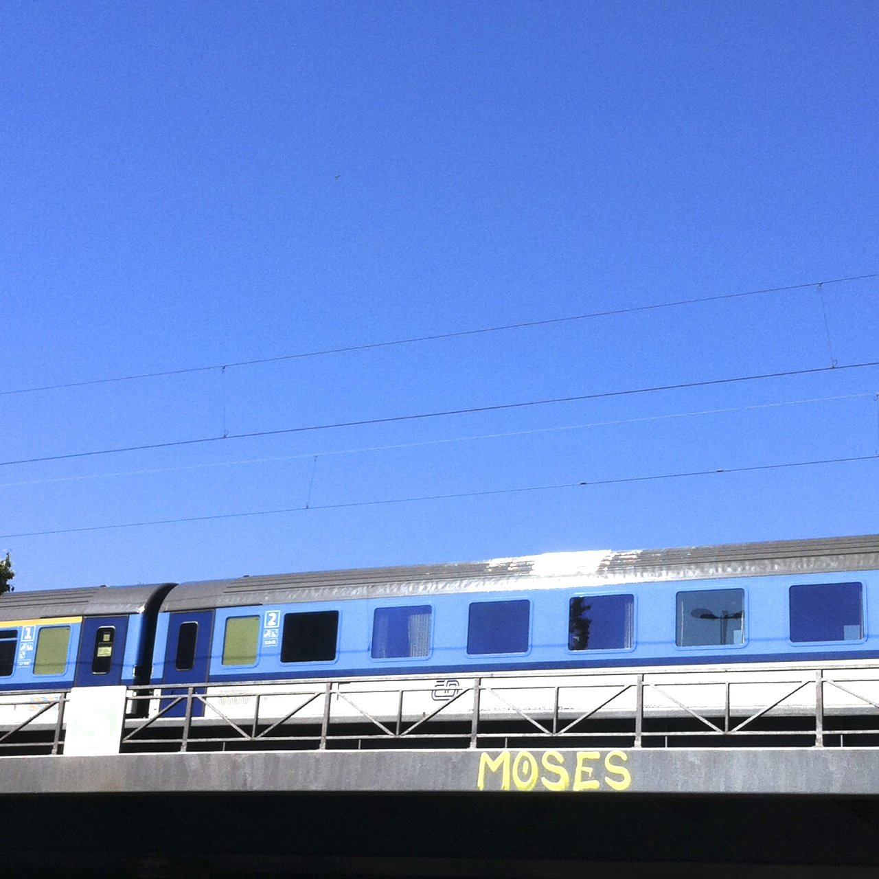 Blaue Bahn auf blauer Brücke, abcfee