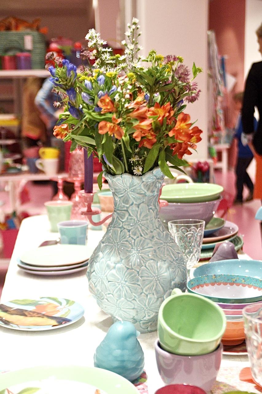 Rice Showroom Bloggertreffen gedeckter Tisch mit Blumenstrauß