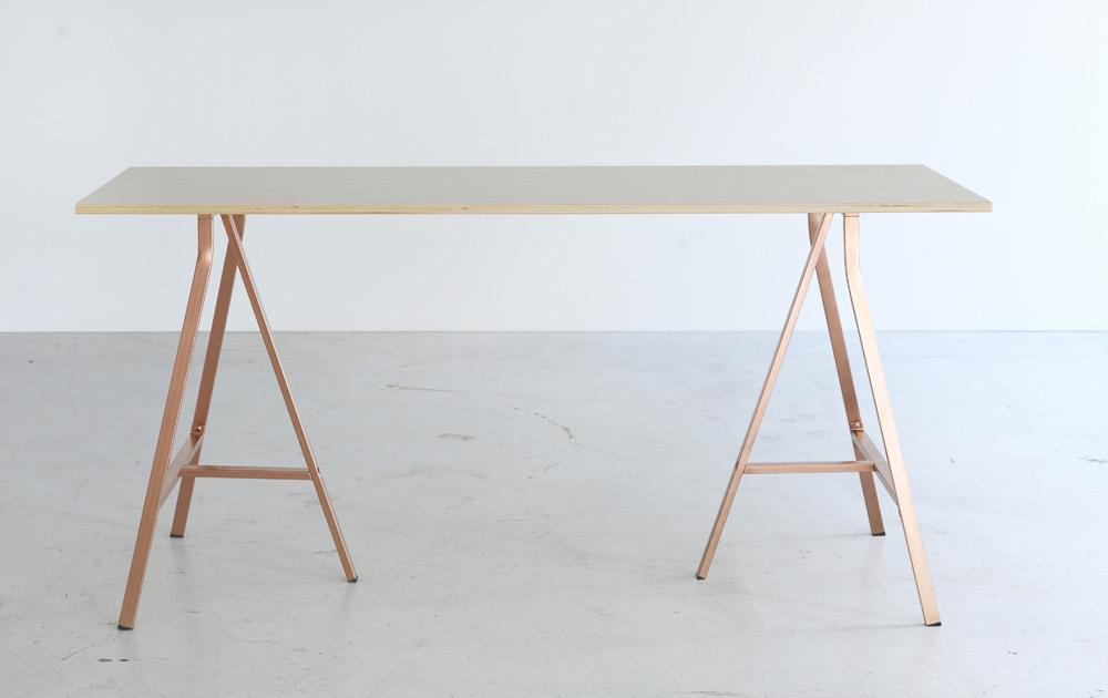 BRÅKIG - die neue, limitierte Kollektion von Ikea - Schreibtisch mit Kupferbeinen