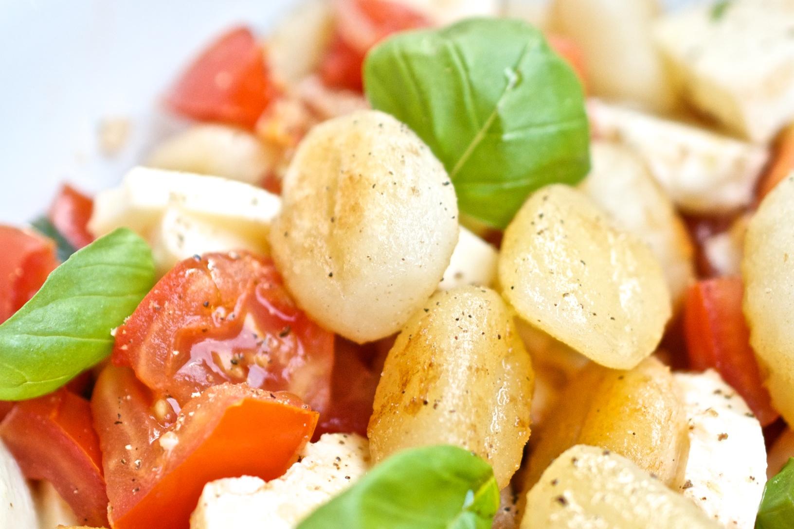 Gnocchisalat mit Mozzarella und Tomaten, Makro