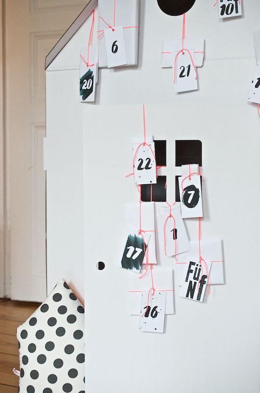 DIY Adventskalender für Kinder - ein Spielhaus aus Pappe ganz einfach zum Adventskalender umfunktionieren