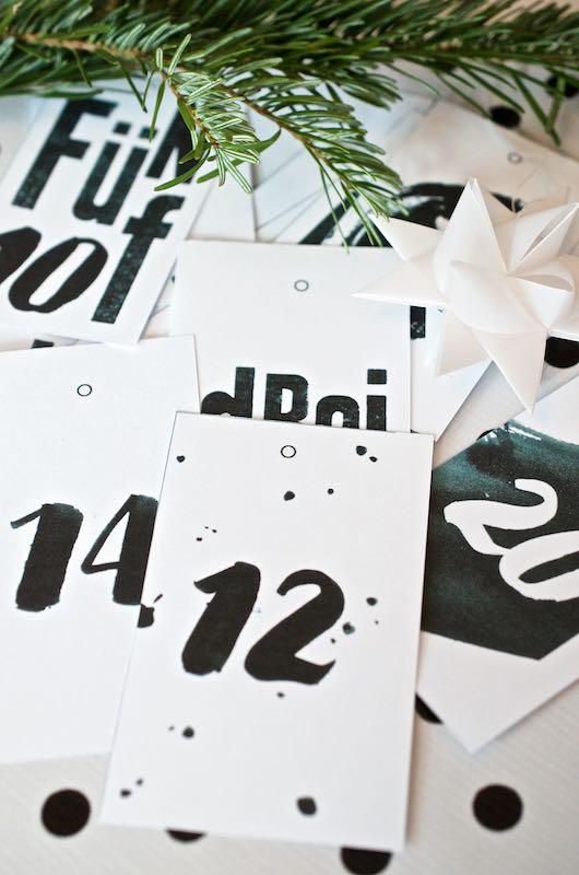 Adventskalender Typografie Small Caps Free Printable schwarz weiß Zahlen Tags