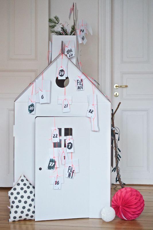 DIY Adventskalender für Kinder aus einem Spielhaus aus Pappe