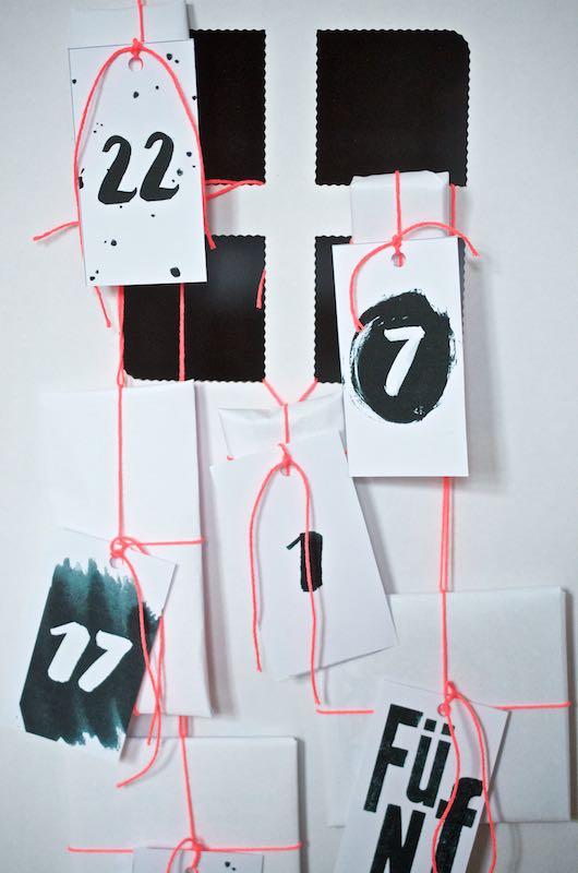 Adventskalender schwarz weiß Typografie