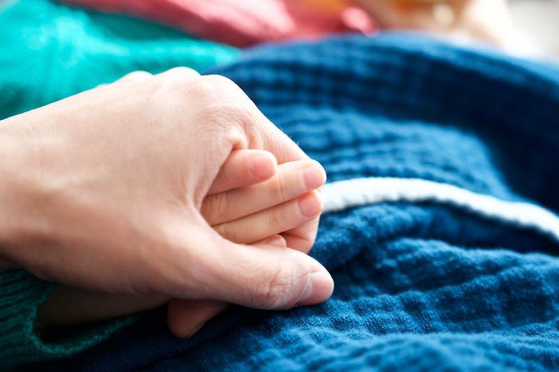 Regretting Motherhood. Overkill und die Frage- Muss das sein? Holding Hands | Pinkepank