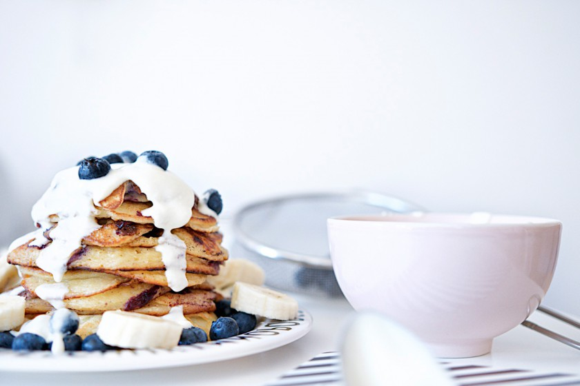 Blaubeer-Joghurt-Pancakes mit Vanille-Schmand | Pinkepank