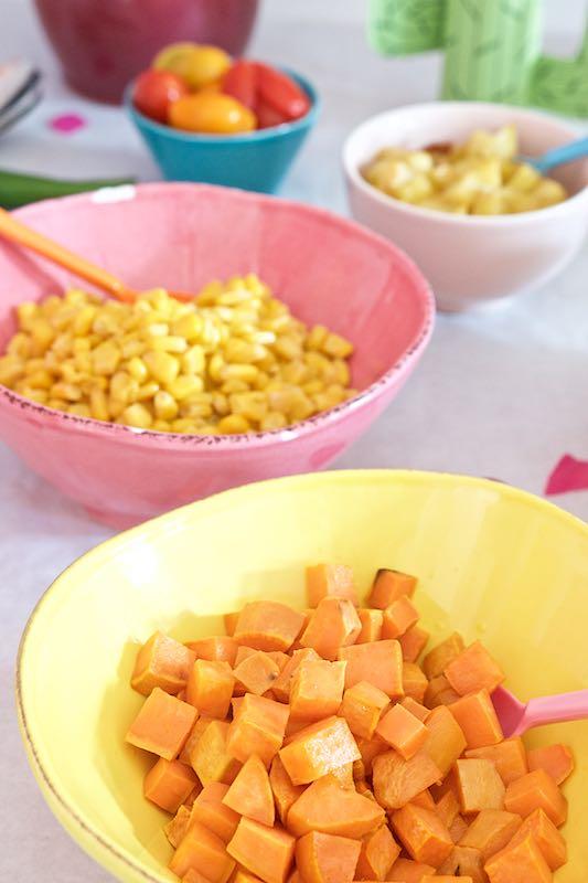 Buntes Tortilla-Familen-Essen mit Mexiko-Flair Detail Schüsseln RiceDK | Pinkepank