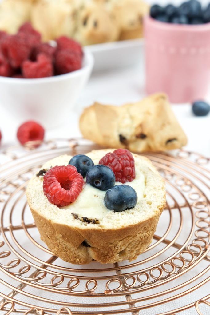 Brioche mit Schokolade, Vanillepudding und Früchten (1)