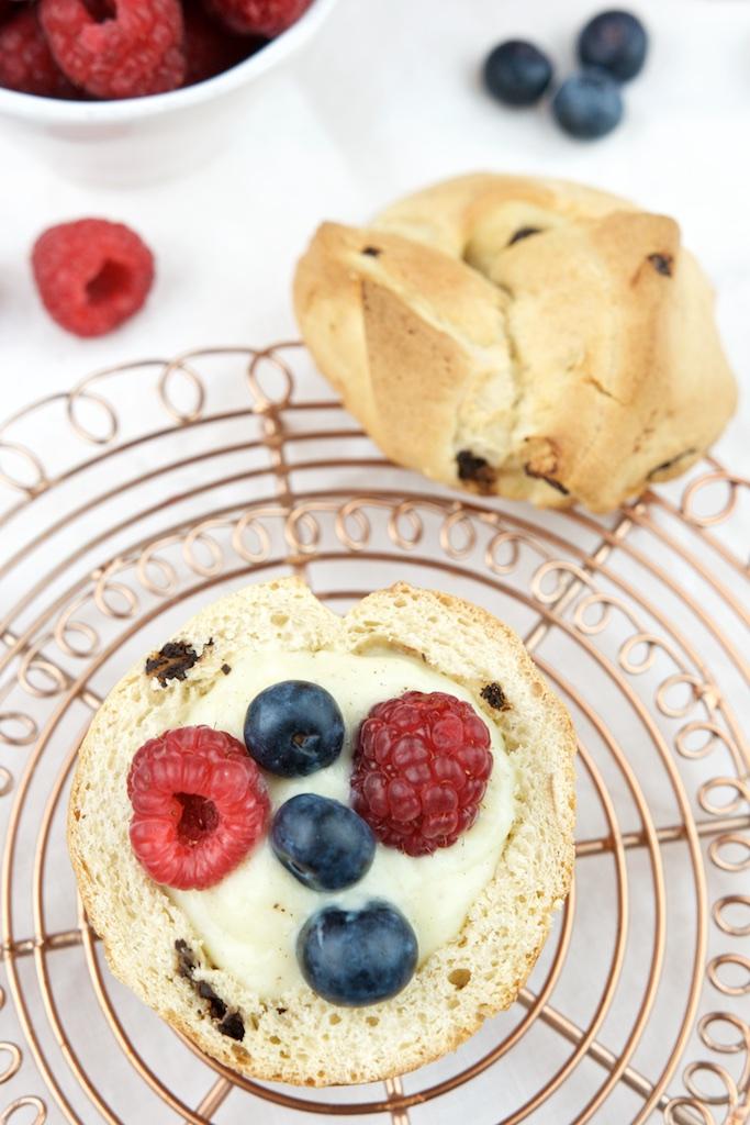 Brioche mit Schokolade, Vanillepudding und Früchten (2)