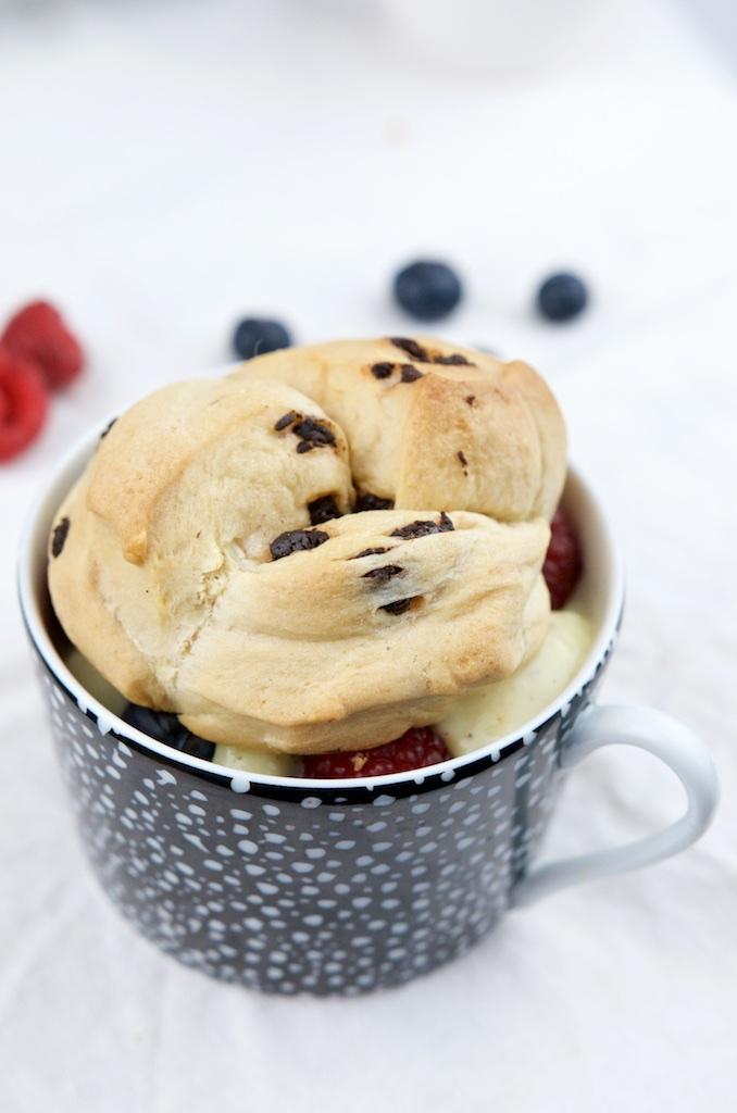 Brioche mit Schokolade, Vanillepudding und Früchten (9)
