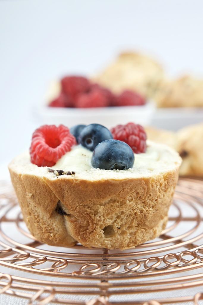 Brioche mit Schokolade, Vanillepudding und Früchten