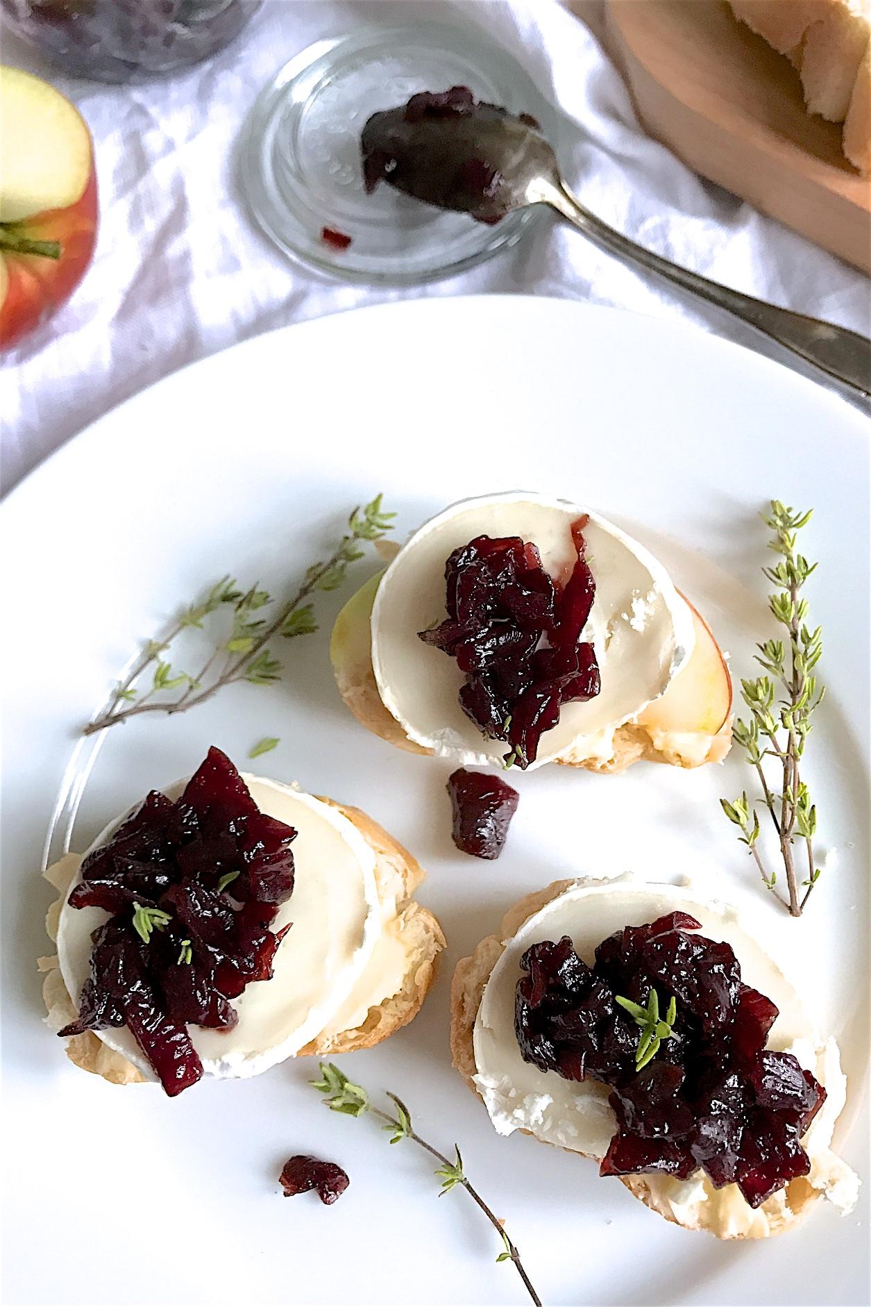 Rezept für Zwiebelkonfitüre auf Ziegenkäse-Apfel-Brot