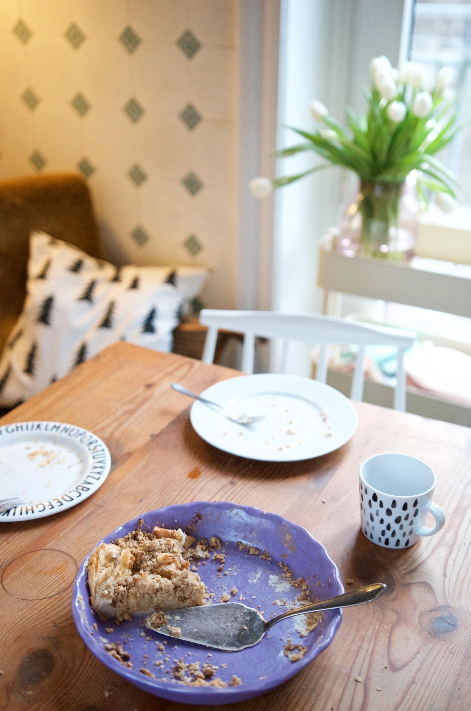 Apple Crumble auf altem Holztisch in Auflaufform von Rice