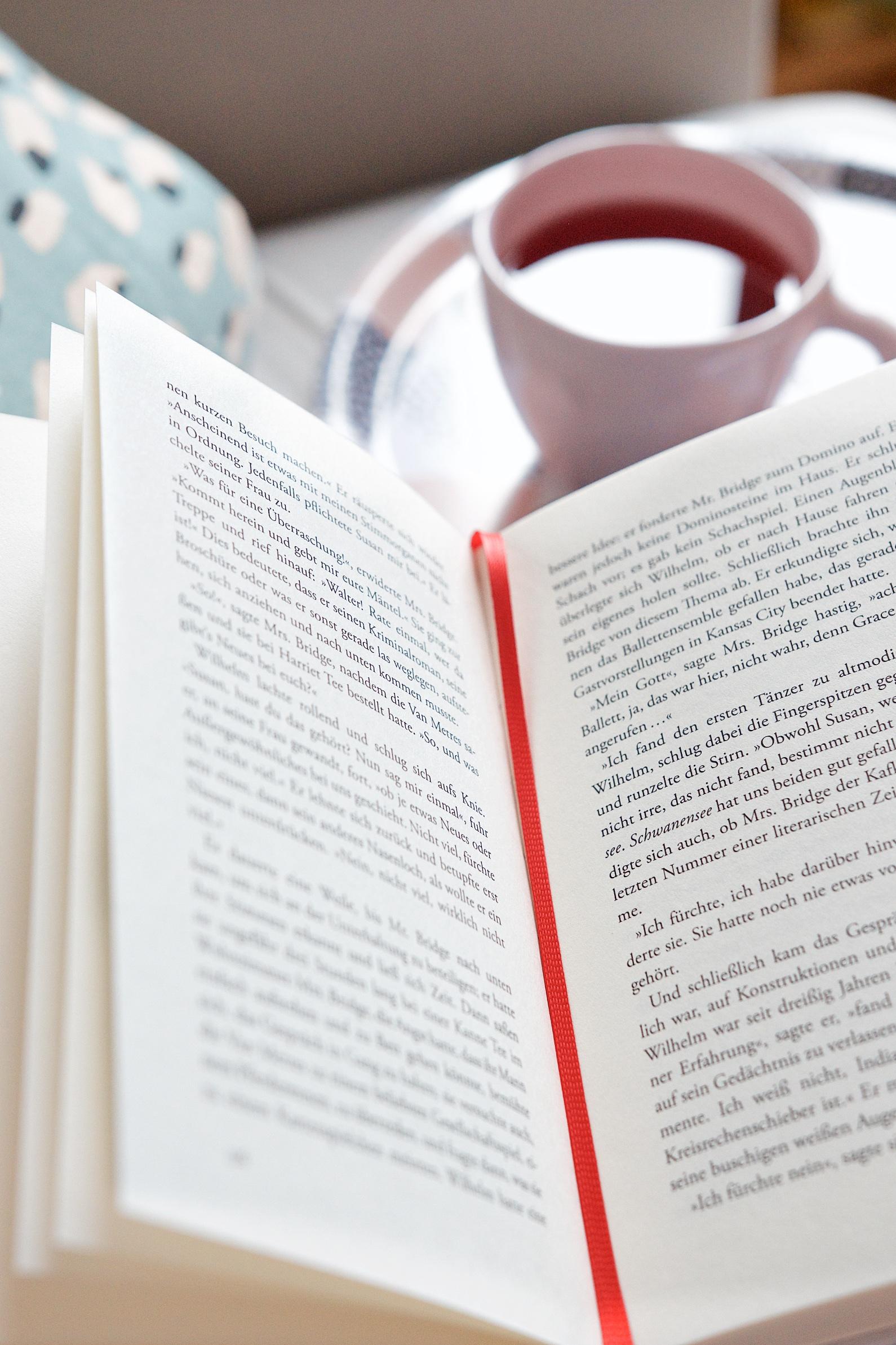 Mit Buch und einer Tasse Tee auf dem Sofa | Bücher, meine große Liebe