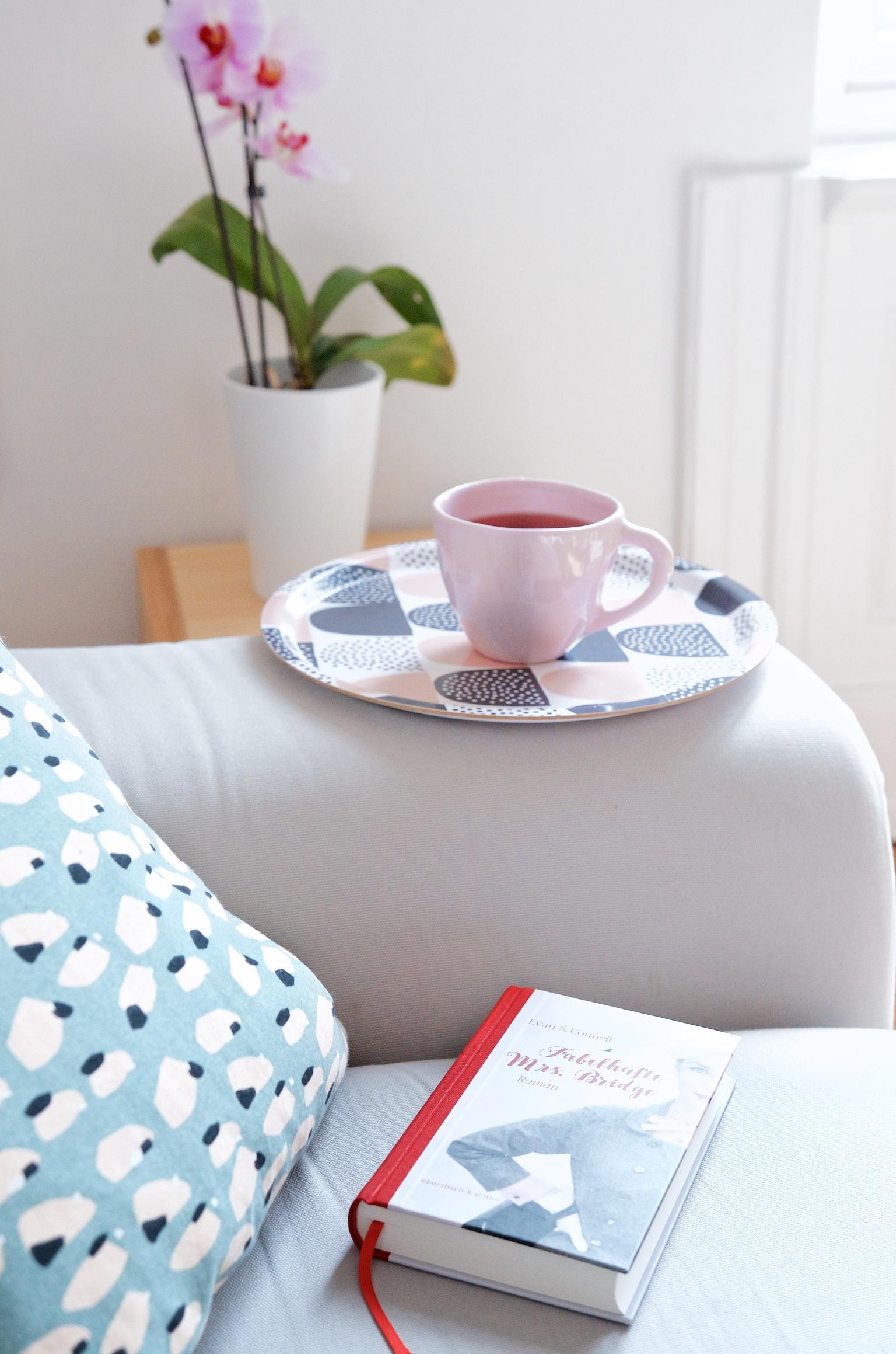 Ein Stapel Bücher, ein heißer Tee und ab auf's Sofa.