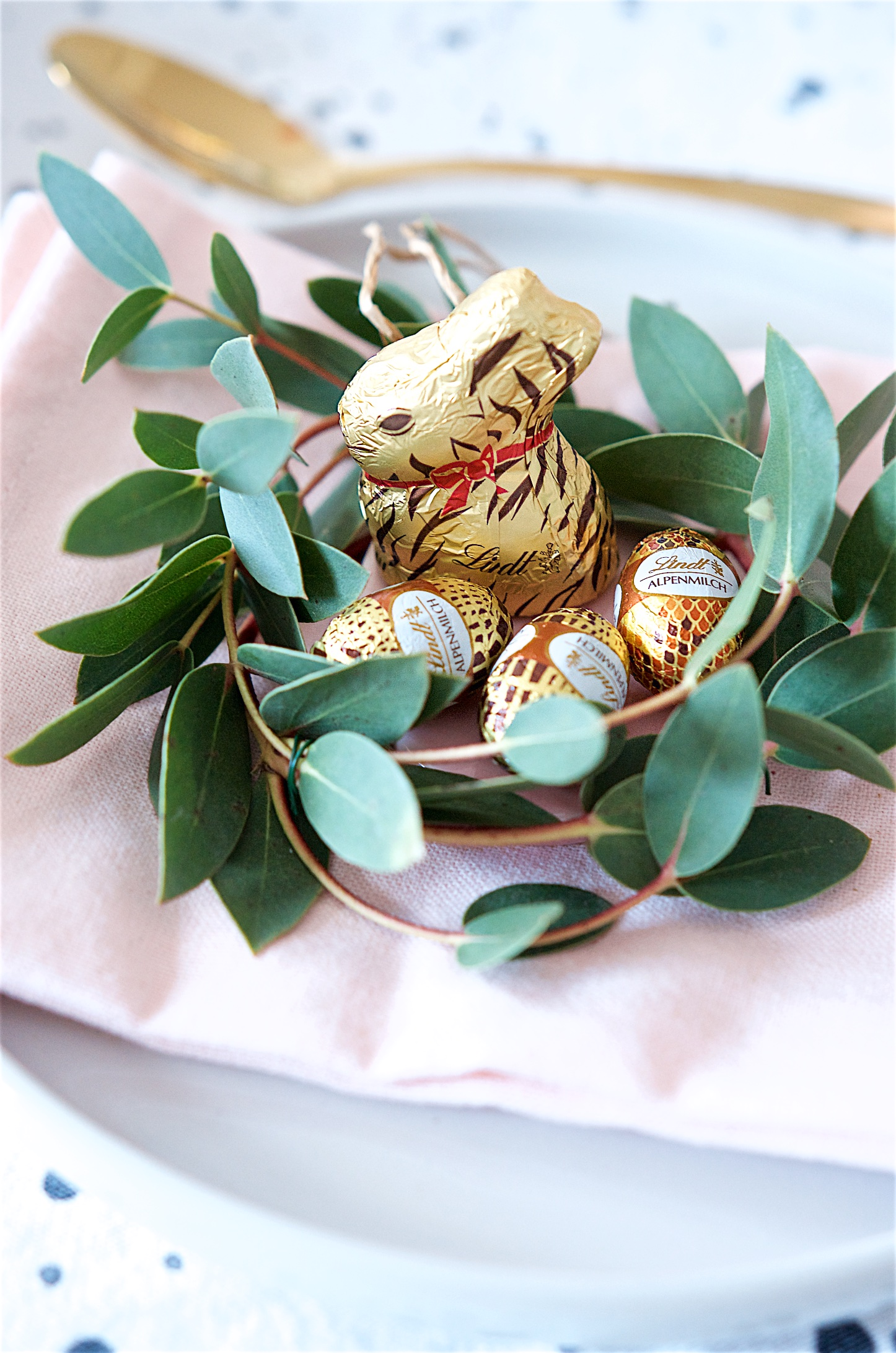 Deko Ideen Osterbrunch mit Goldhase im Animal Print von Lindt