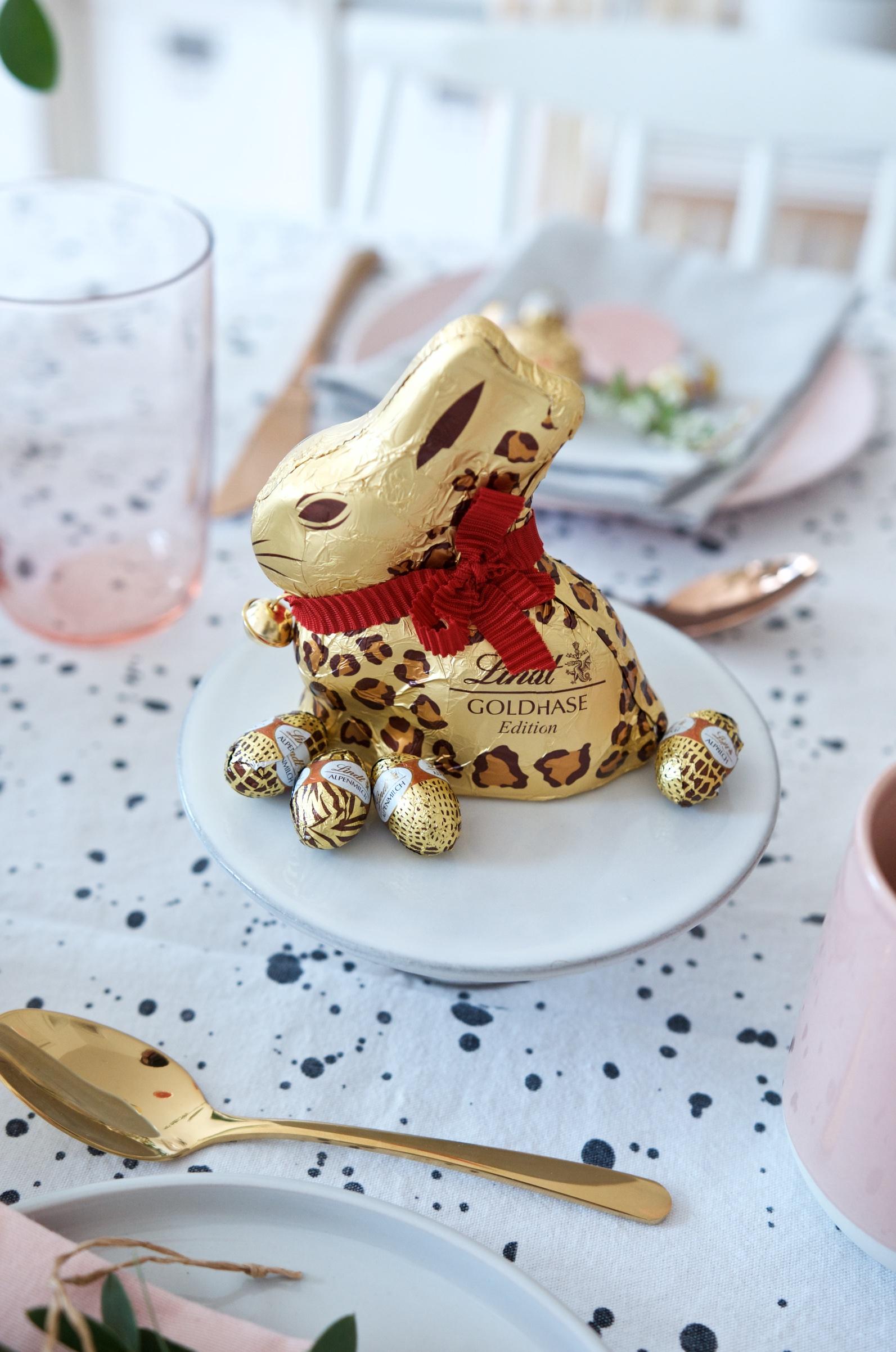 Tischdeko Osterbrunch mit Goldhase von Lindt im Leo-Look