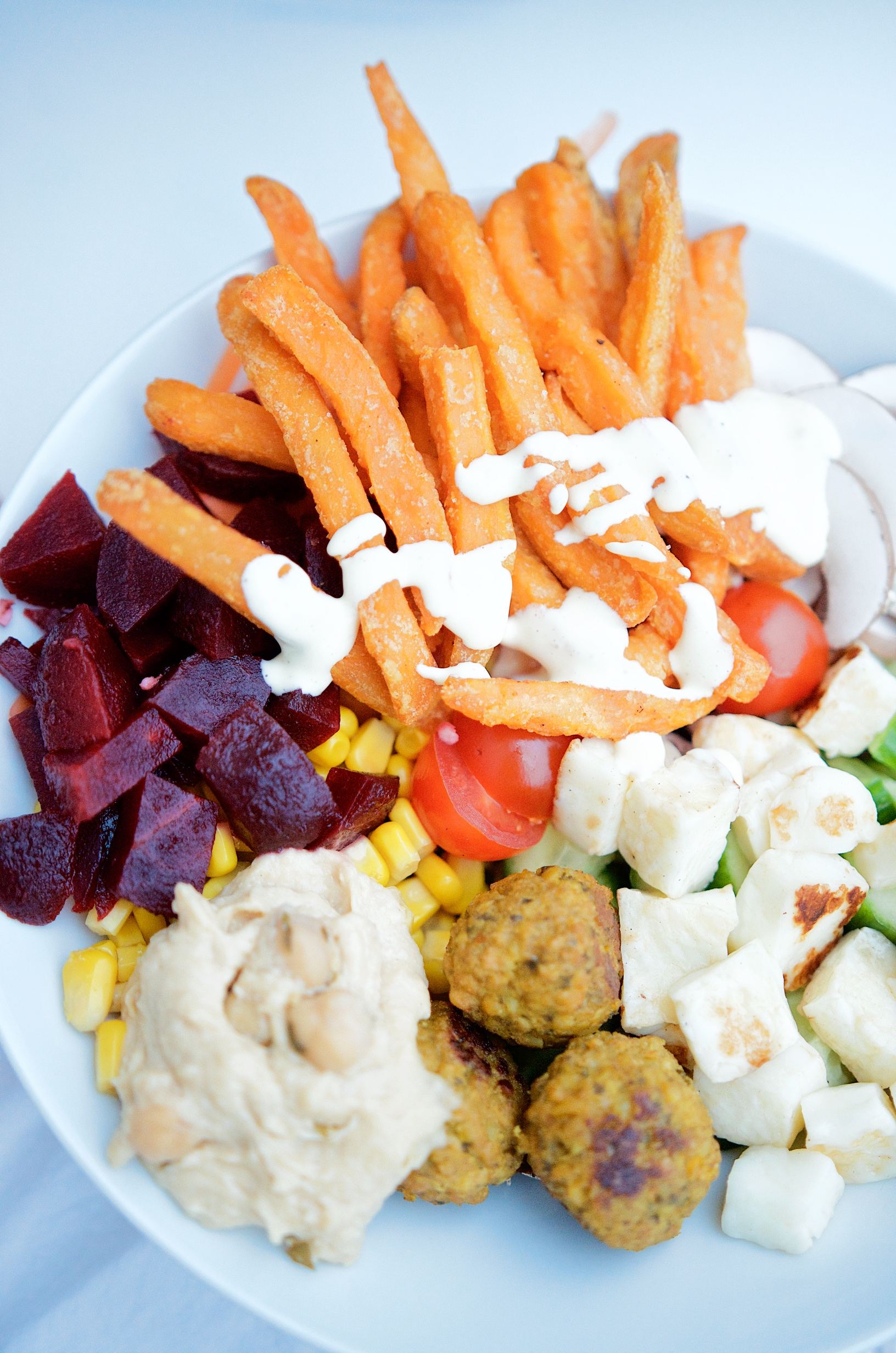 Falafelbowl mit Süßkartoffelpommes, selbstgemachtem Ketchup und Mayonnaise | Pinkepank (1)