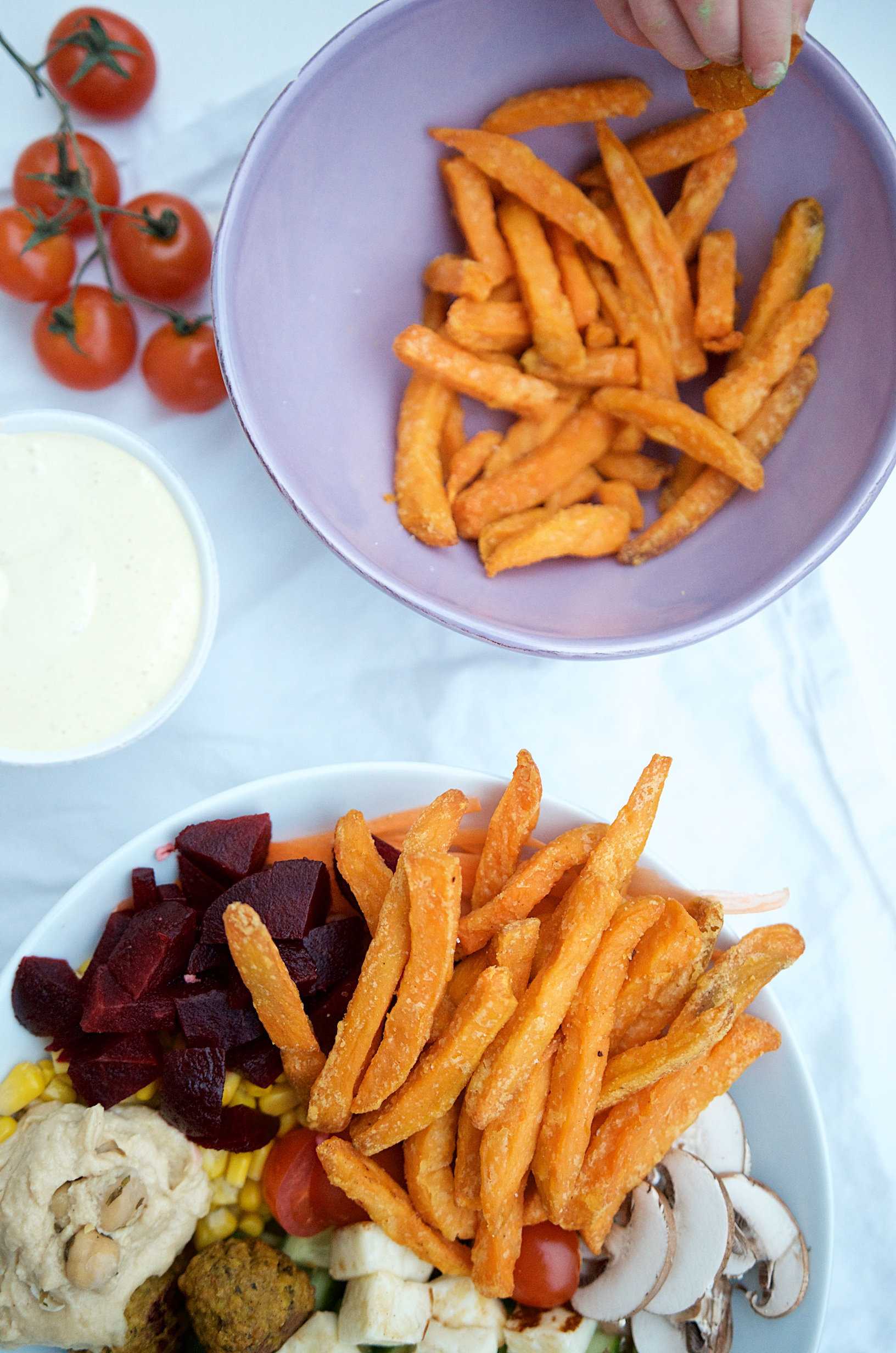 Falafelbowl mit Süßkartoffelpommes, selbstgemachtem Ketchup und Mayonnaise | Pinkepank
