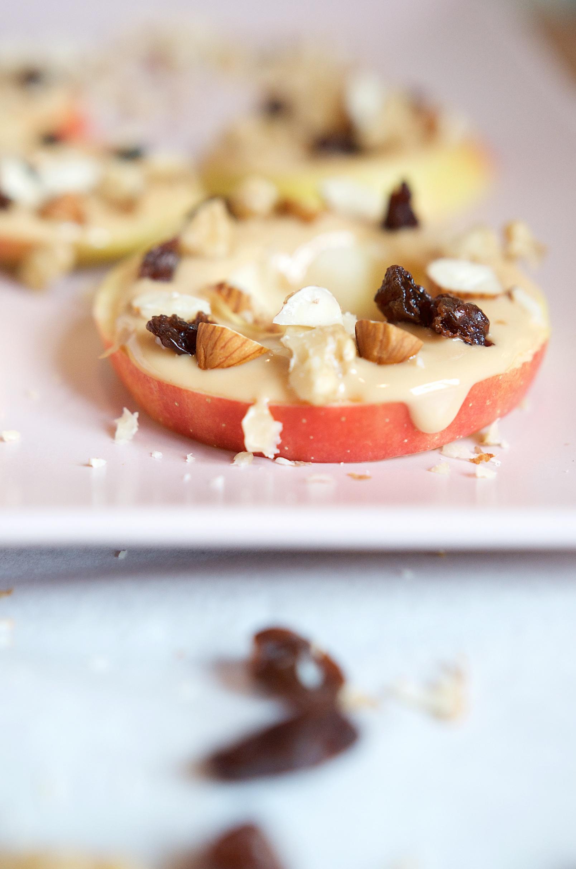 Gesund und lecker - Apfelring Snack für Kinder mit Erdnussmus und Knuspertopping