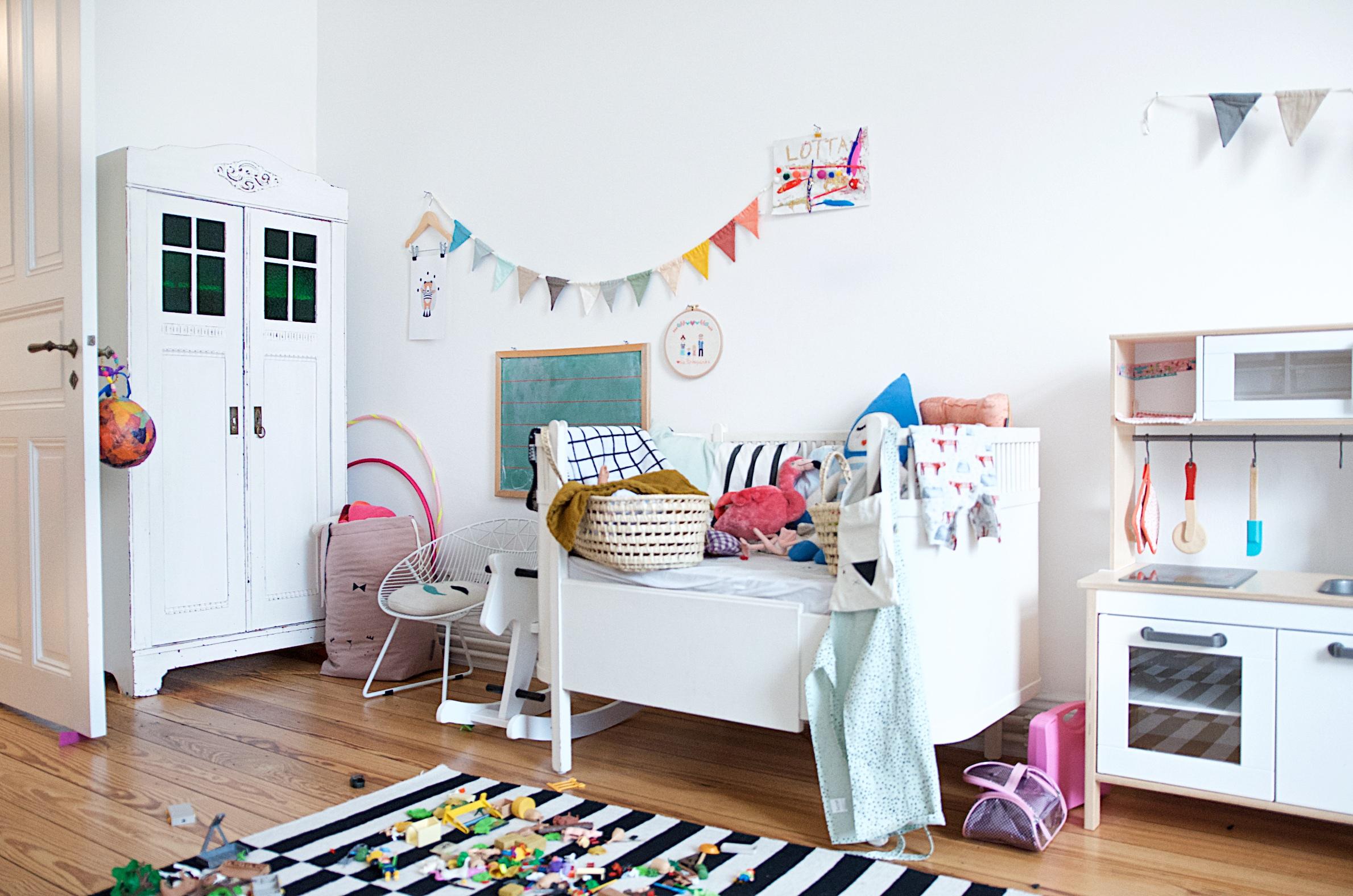 Kleiderschrank, Babybett und Kinderküche
