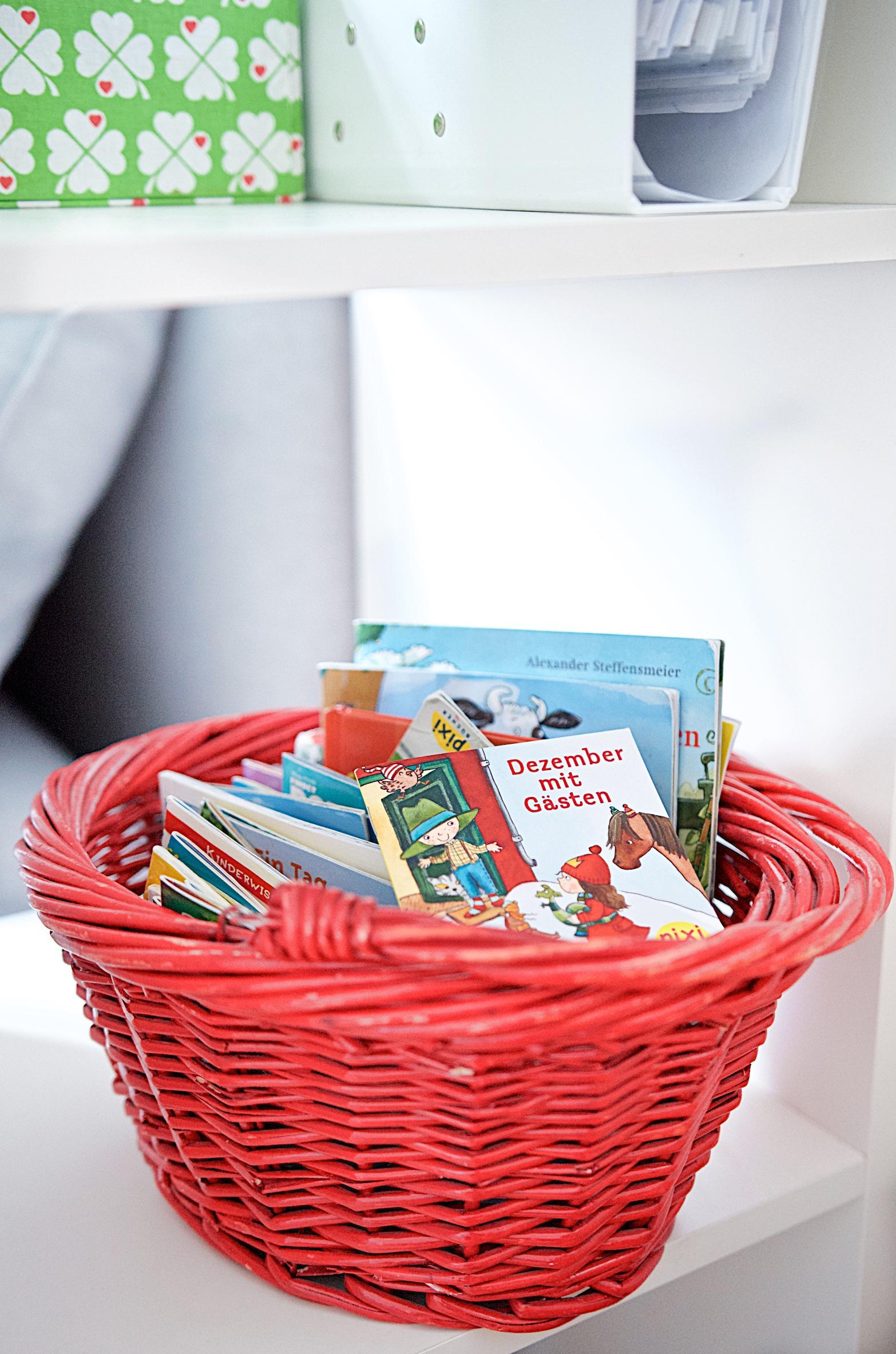 Korb mit Pixiebüchern im Bücherregal