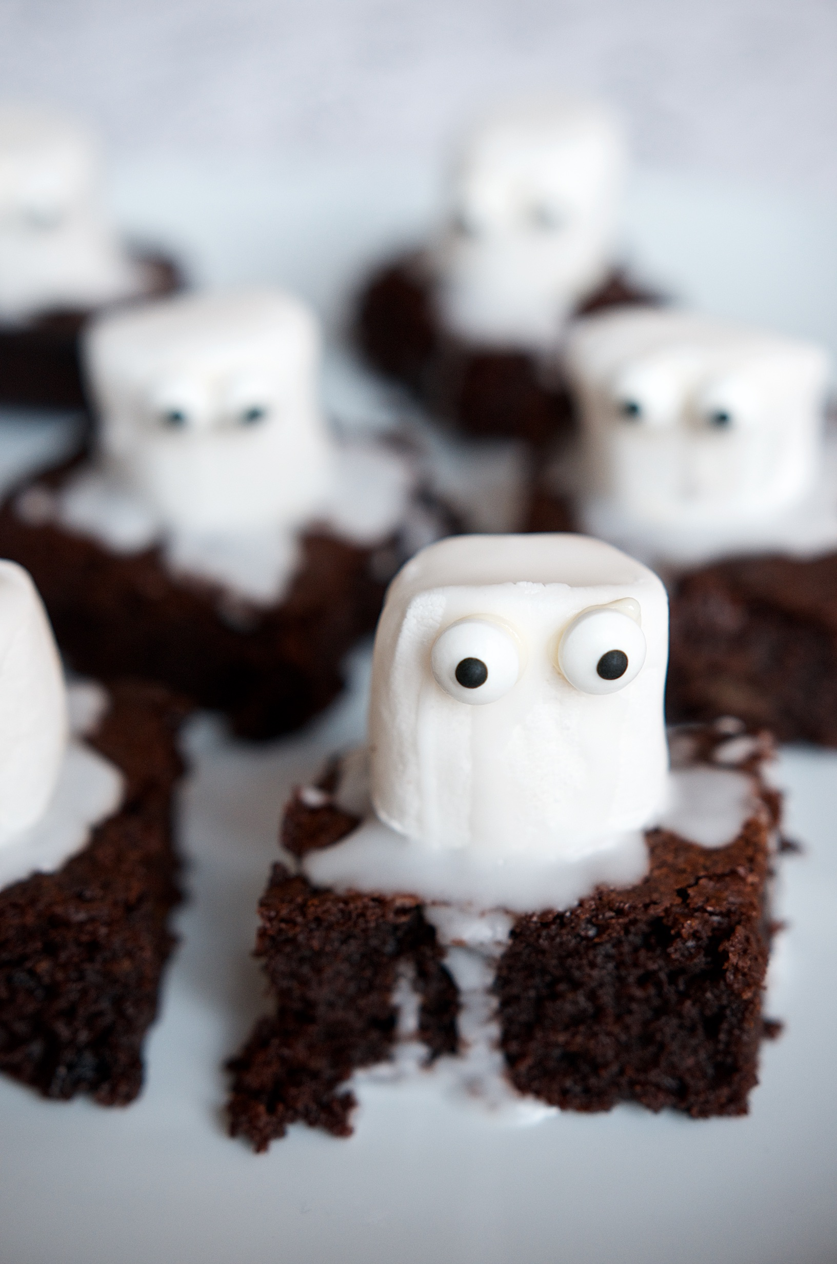 Halloween-Brownies mit Geistern aus Marshmellows