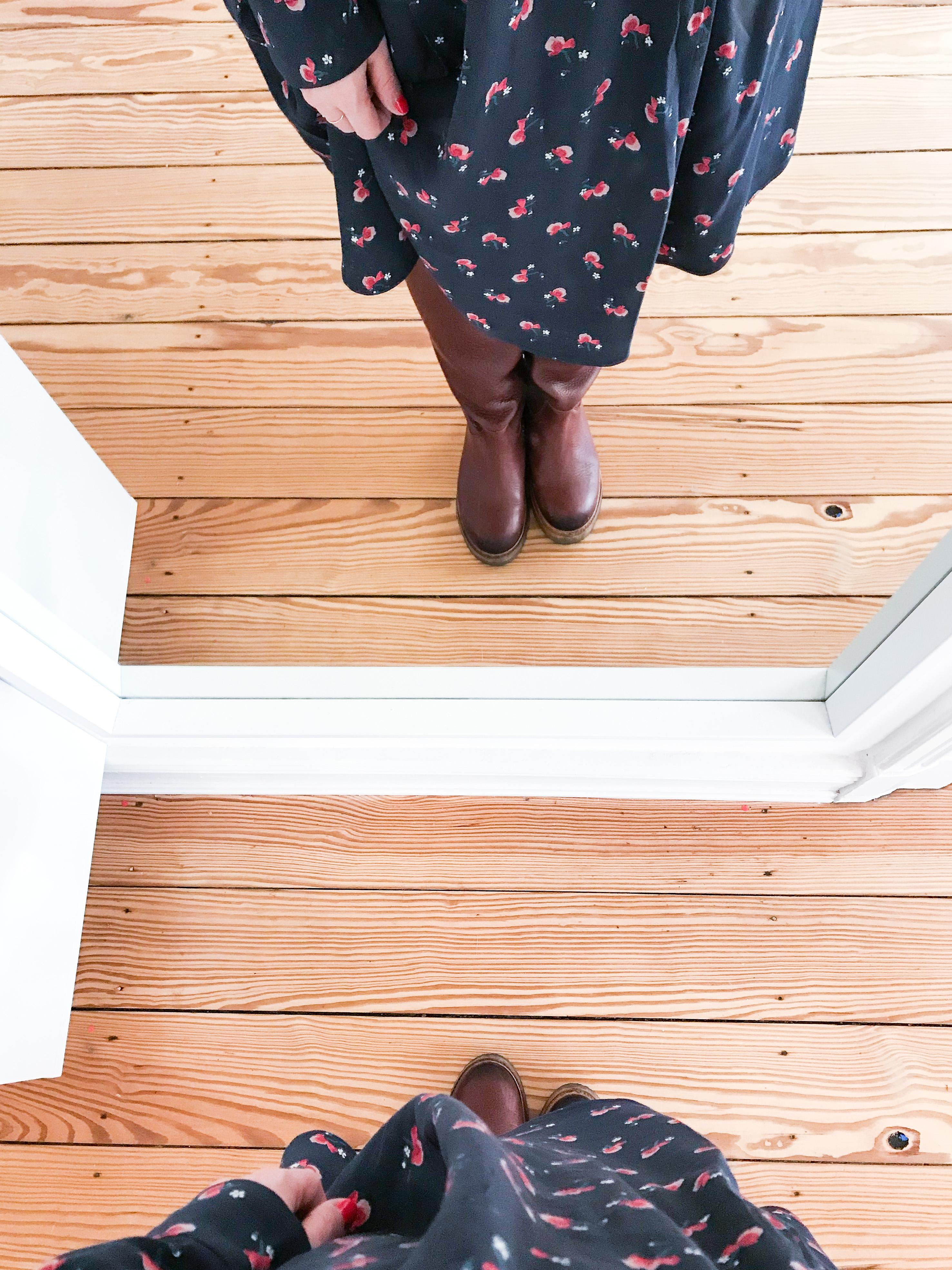 Blümchenkleid zu Lederboots - der perfekte (nicht nur) Momstyle für den Alltag