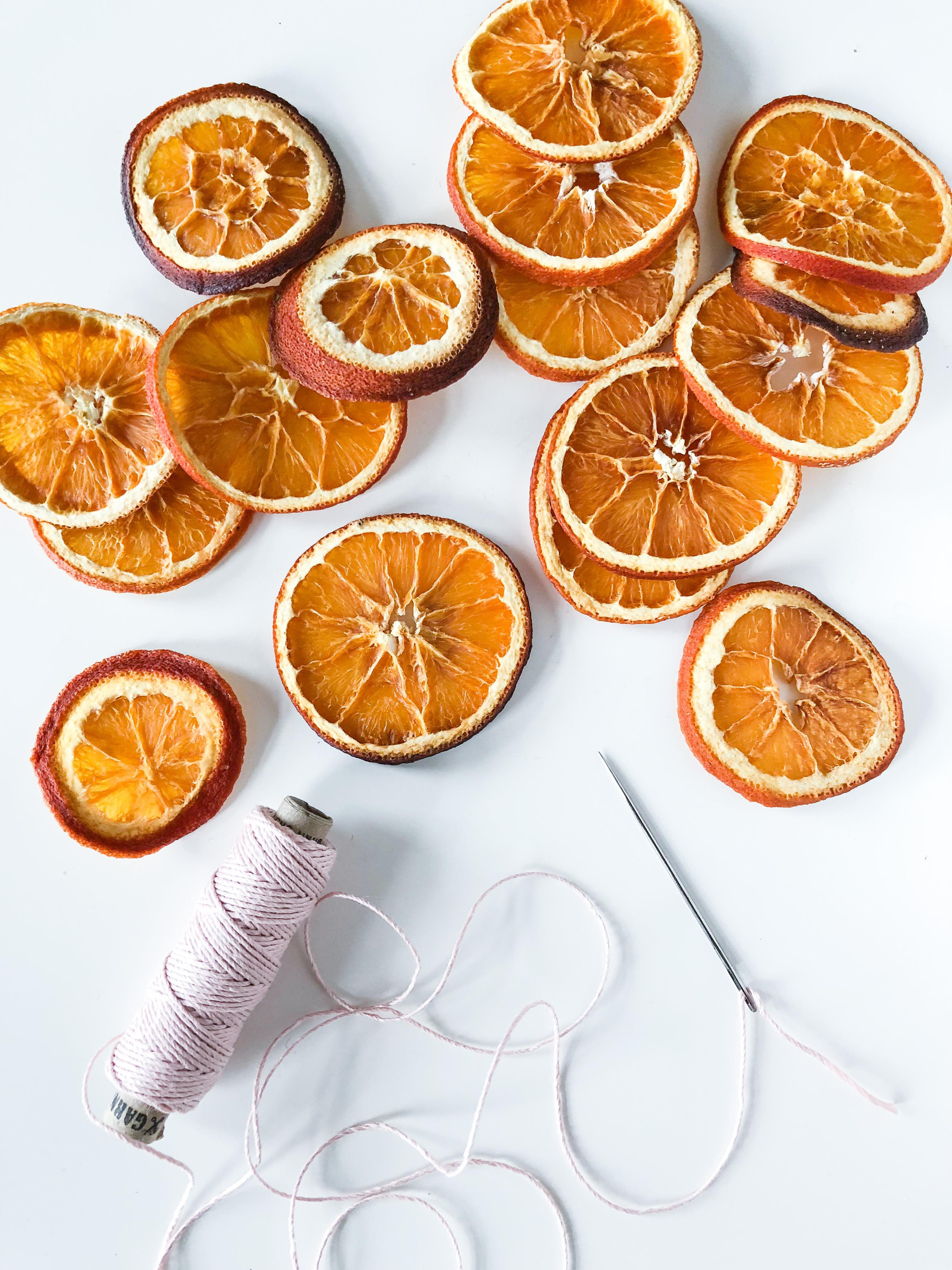 Weihnachts-DIY Girlande aus getrockneten Orangenscheiben