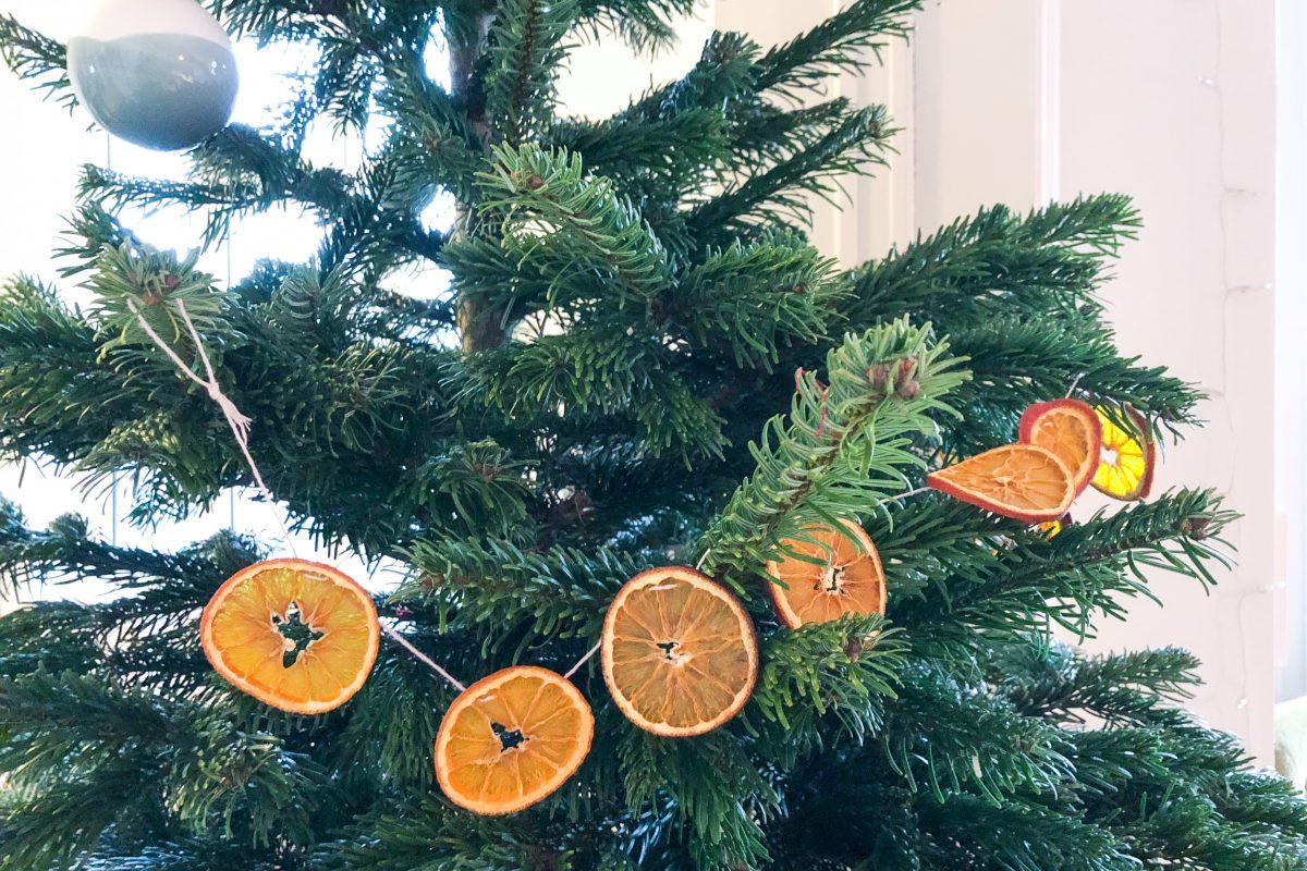 Weihnachts-DIY mit Kindern: Girlande aus getrockneten Orangenscheiben