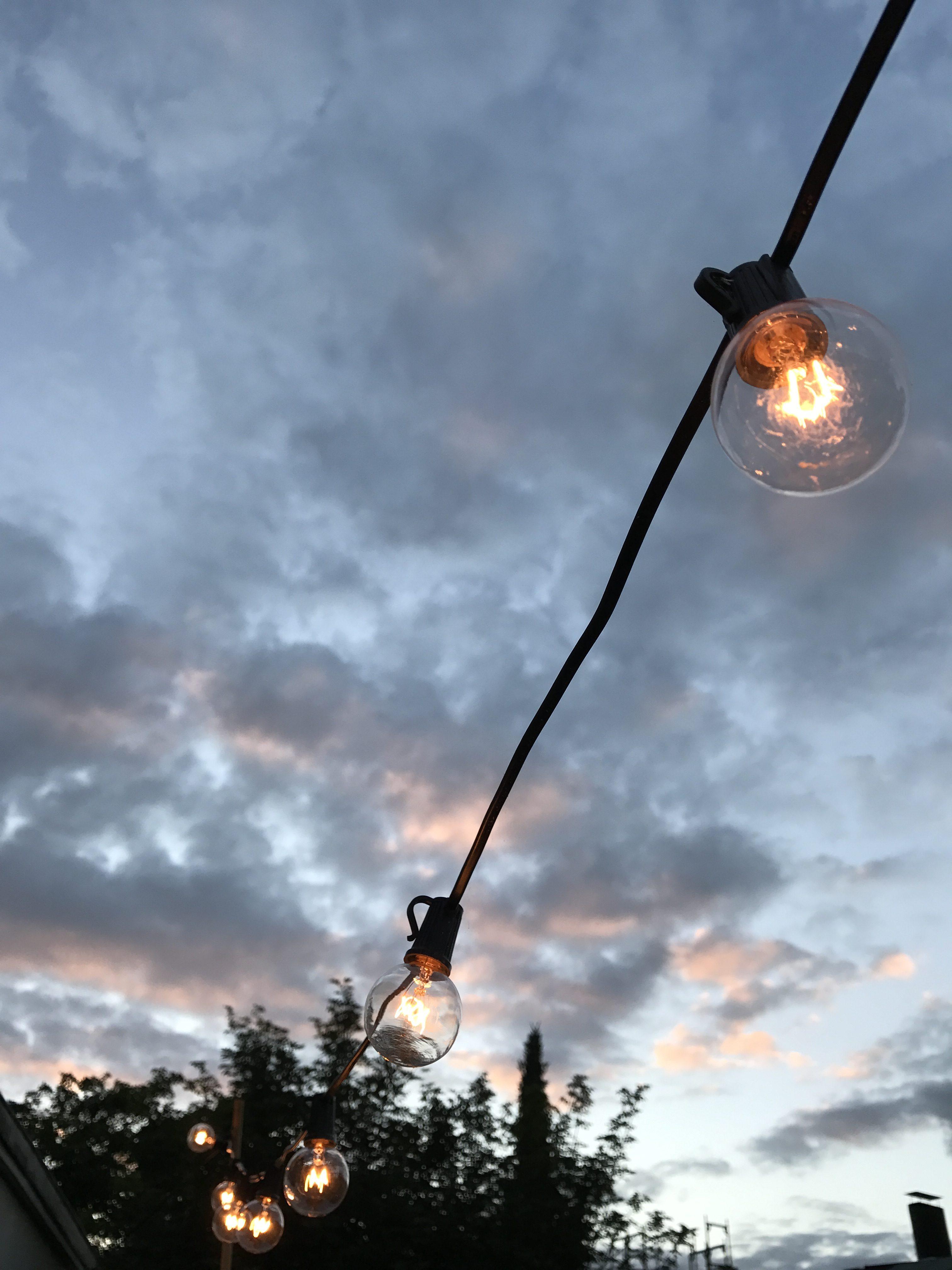 Lichterkette auf dem Balkon