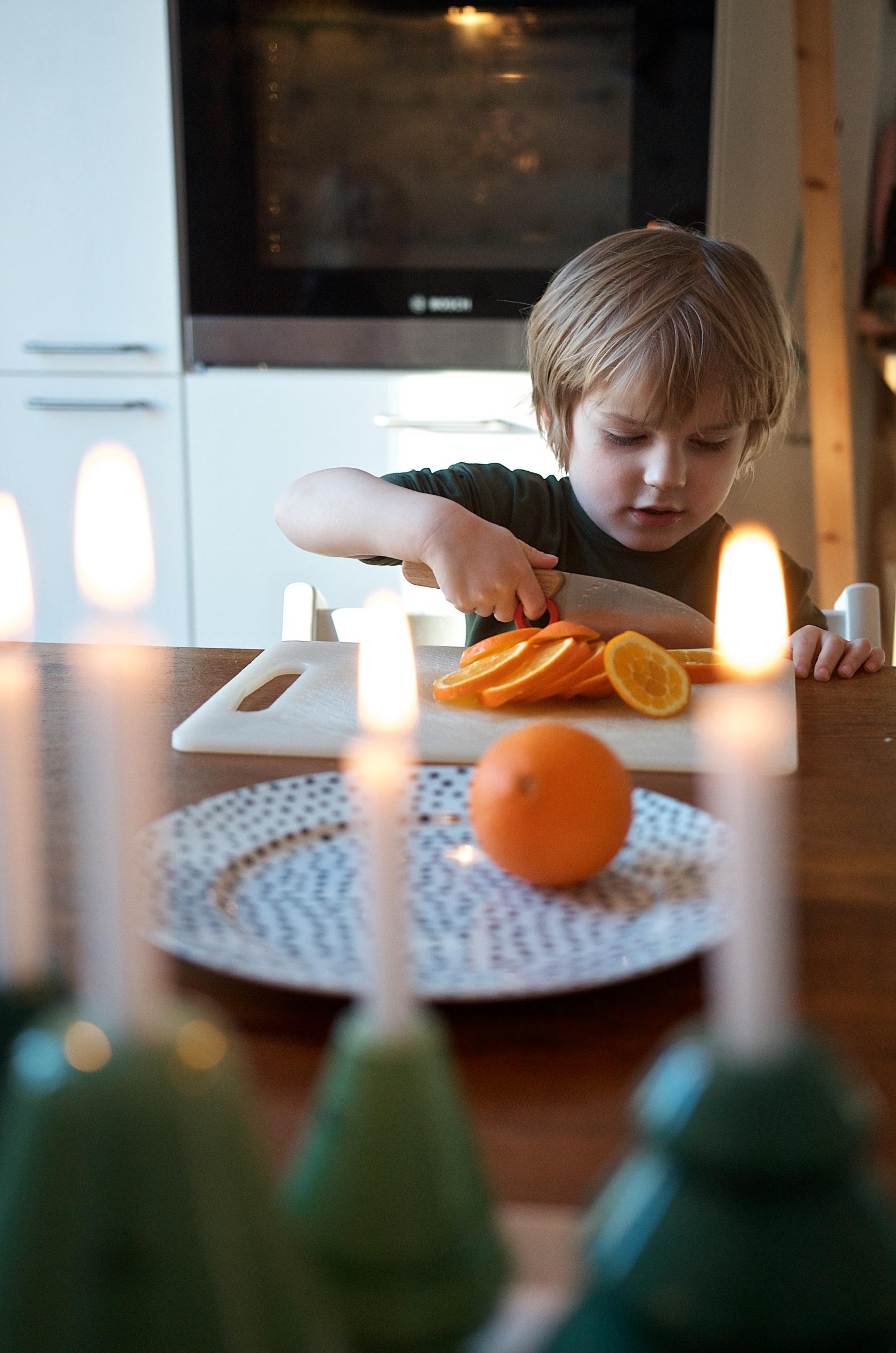 Weihnachts-DIY mit Kindern- Girlande aus getrockneten Orangenscheiben (2)