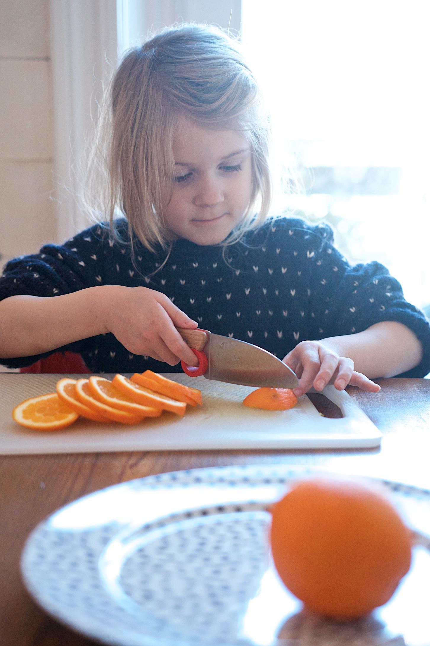 Weihnachts-DIY mit Kindern- Girlande aus getrockneten Orangenscheiben