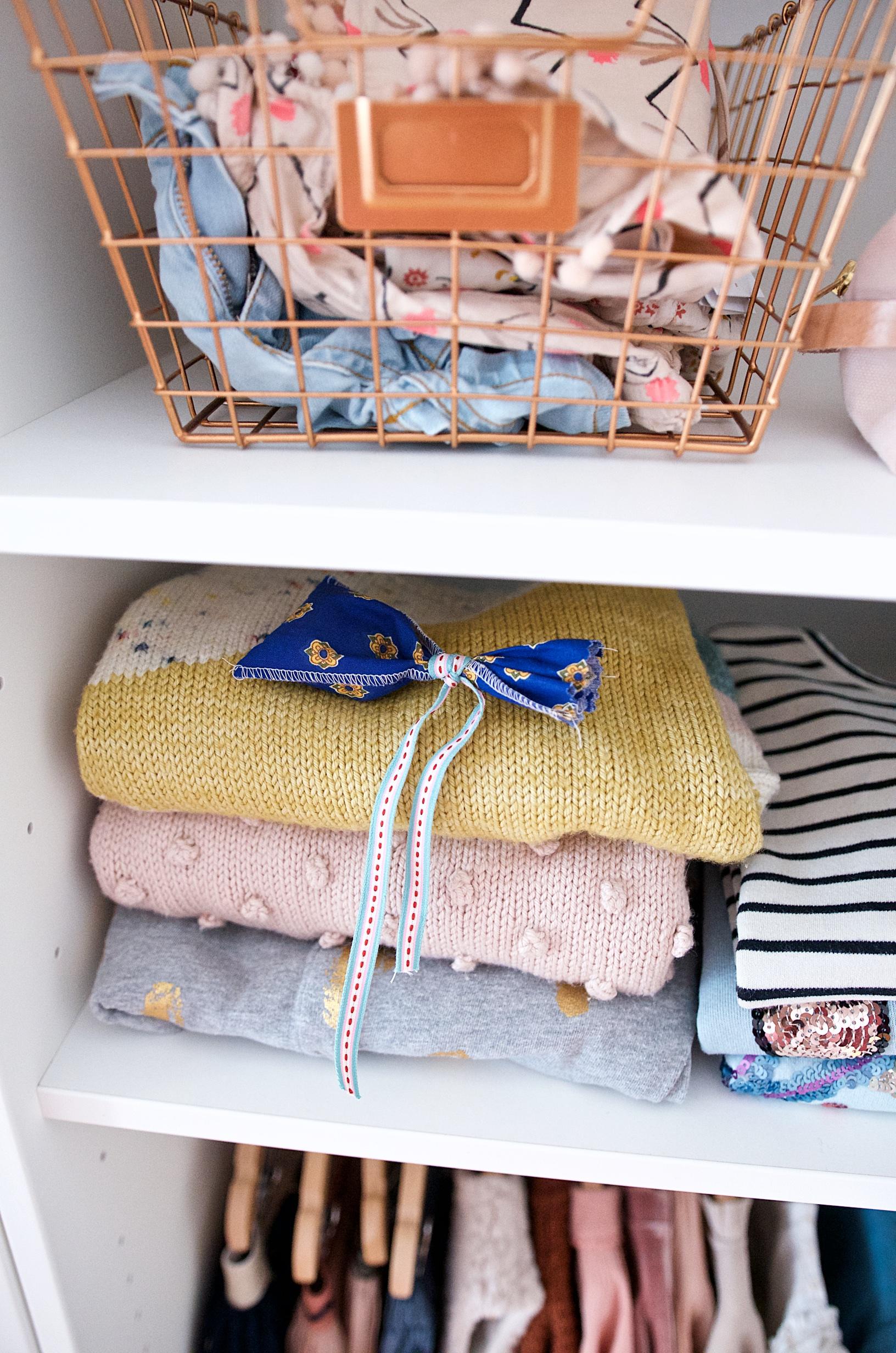 Ordnung im Kinderkleiderschrank dank hübschen Drahtkörben