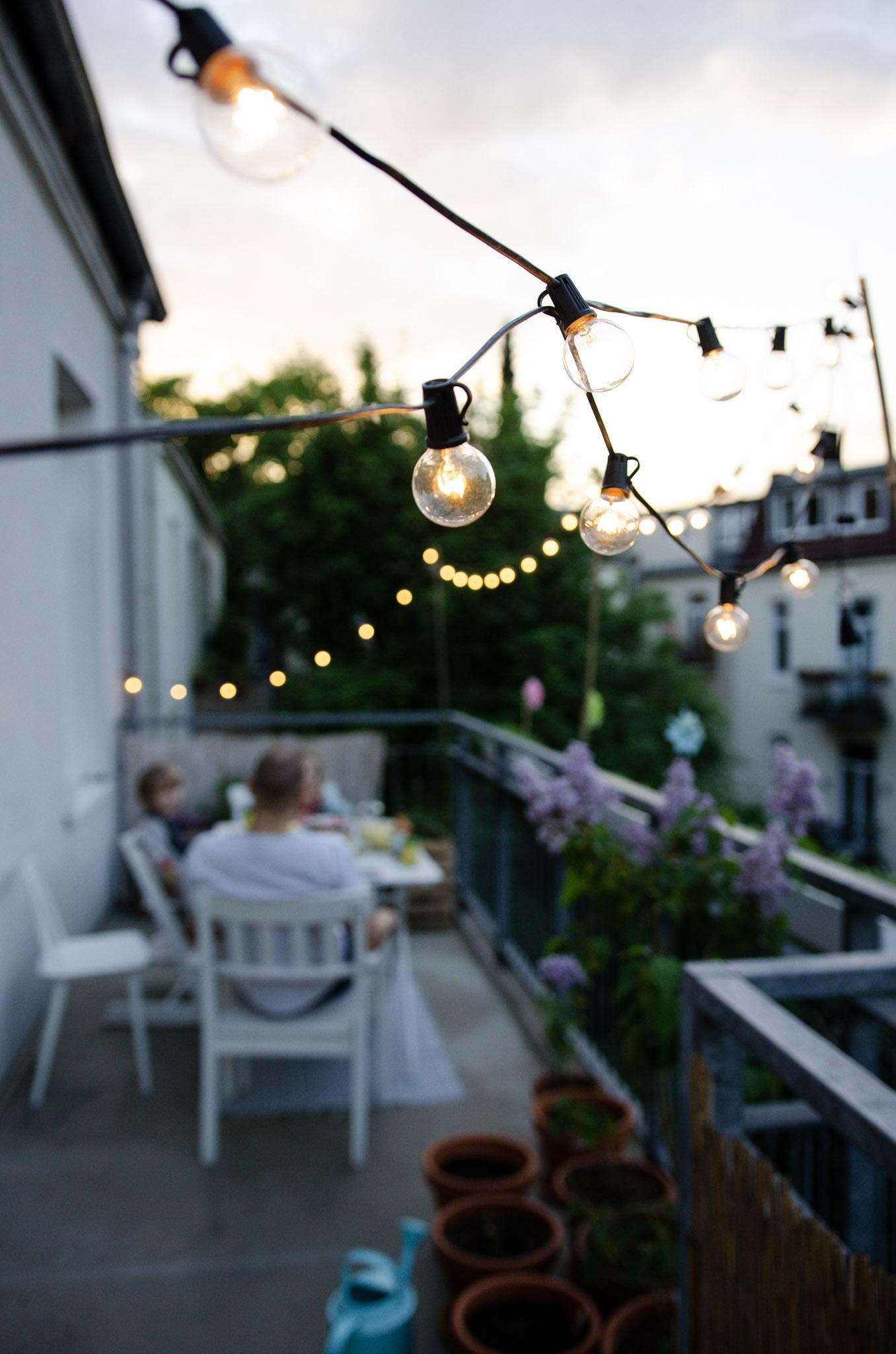 Abendstimmung beim Grillen auf dem Balkon mit Lichterkette