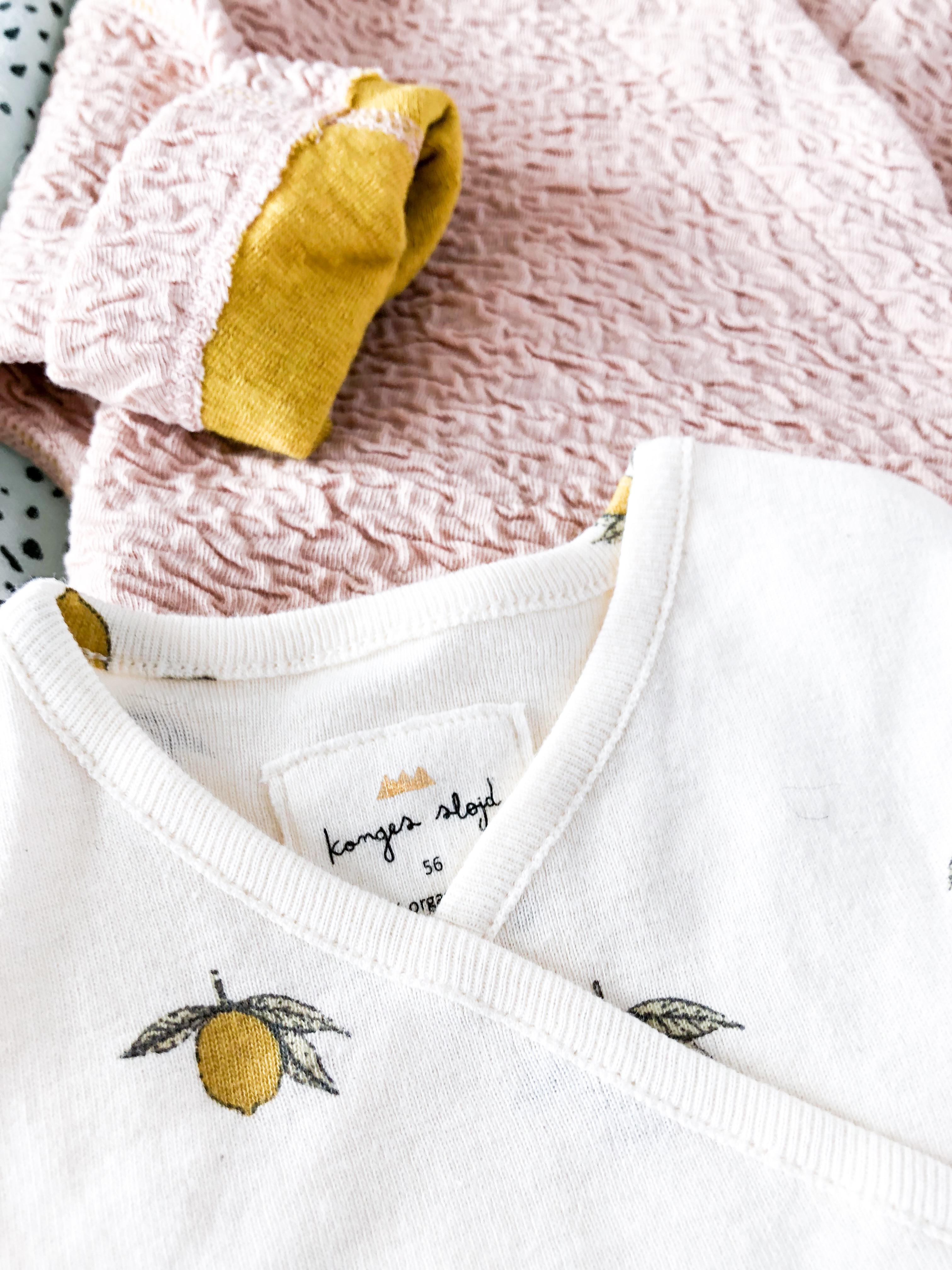 Erstausstattung für's Baby - Wickeljacke von Macarons Fashion und Wickelbody von Kongos Slojd