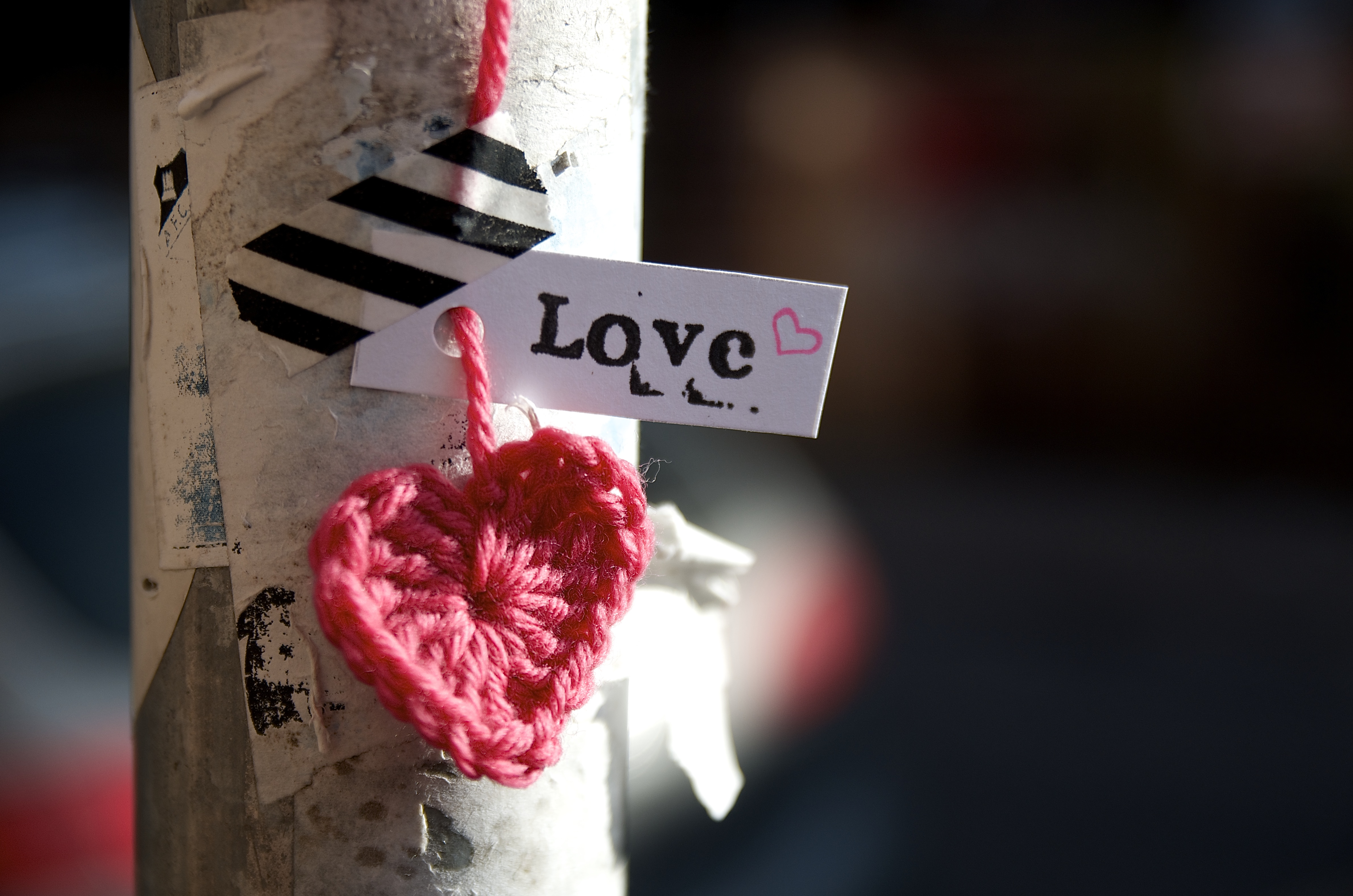 Valentine's Yarn bombing - DIY gehäkelte Herzen zum Valentinstag für meine Hood