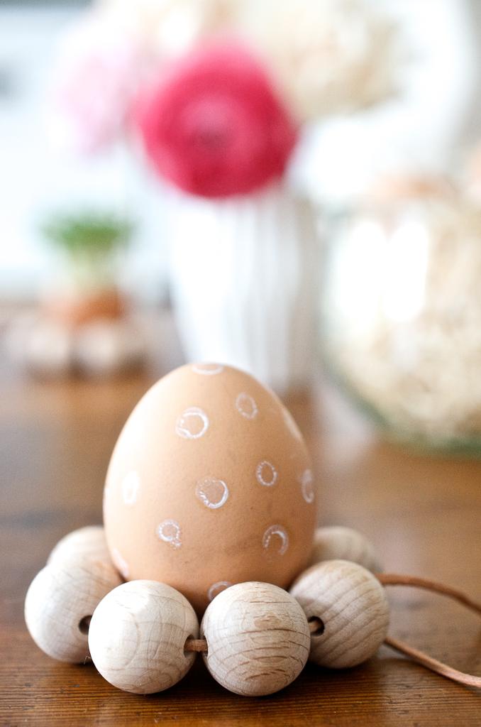 Schnelles Oster-DIY: Eierbecher aus Holzkugeln