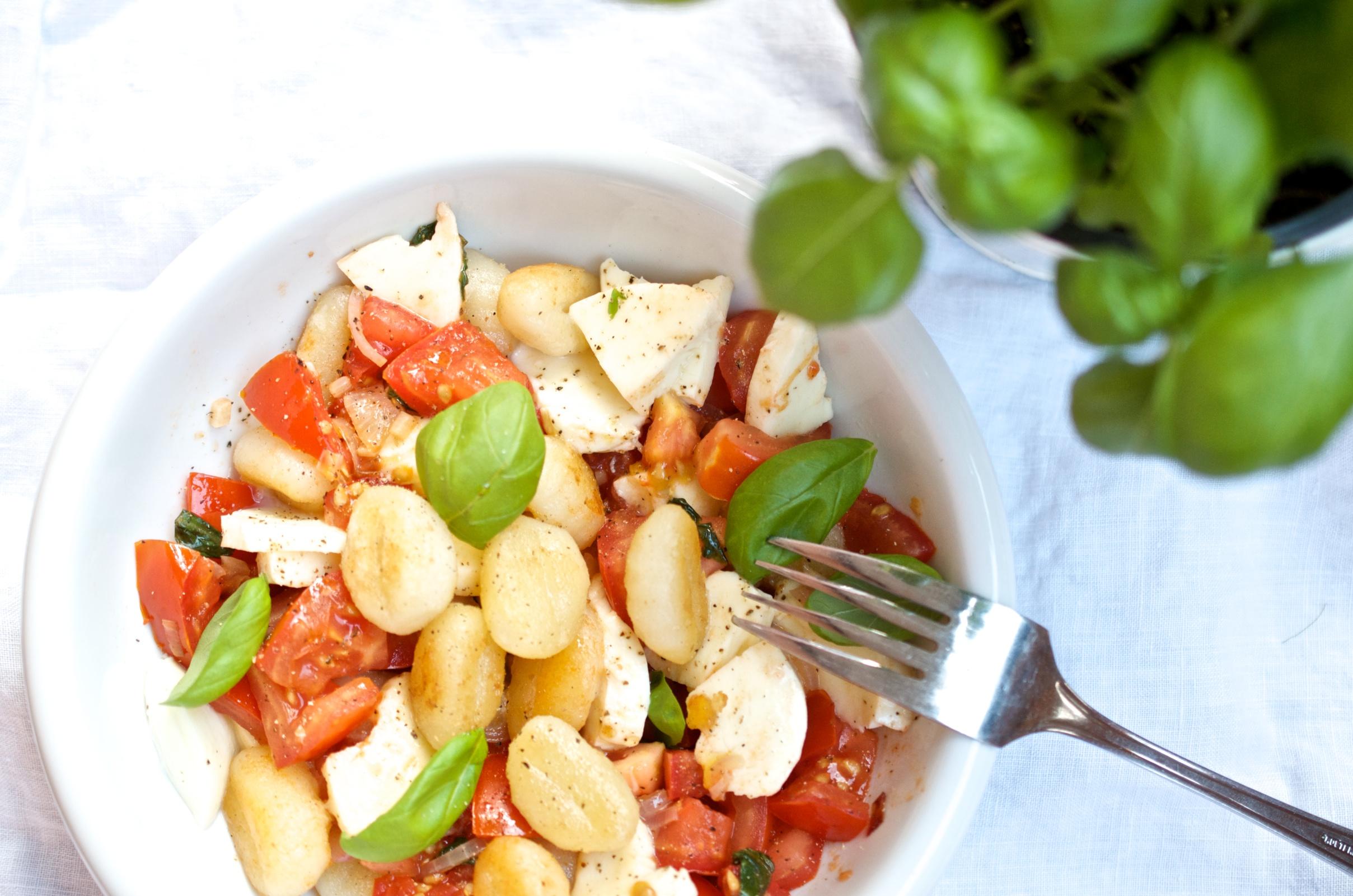 Gnocchisalat mit Mozzarella und Tomaten 1