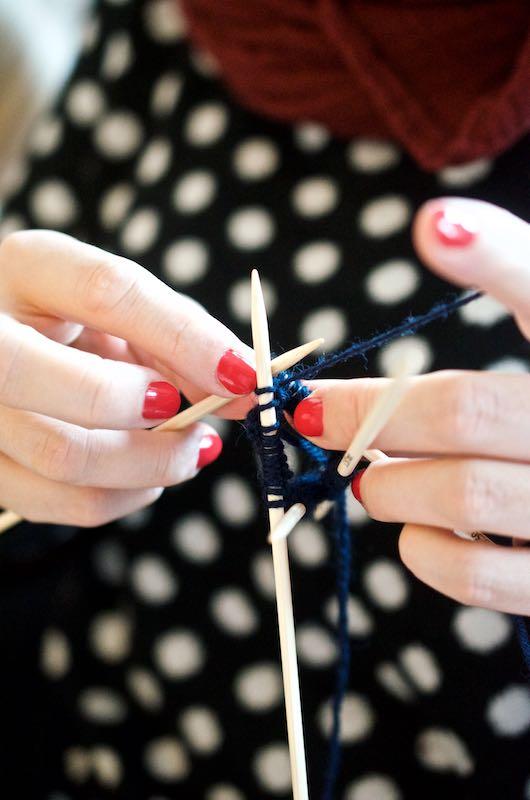 Nadelspiel beim Sockenstricken