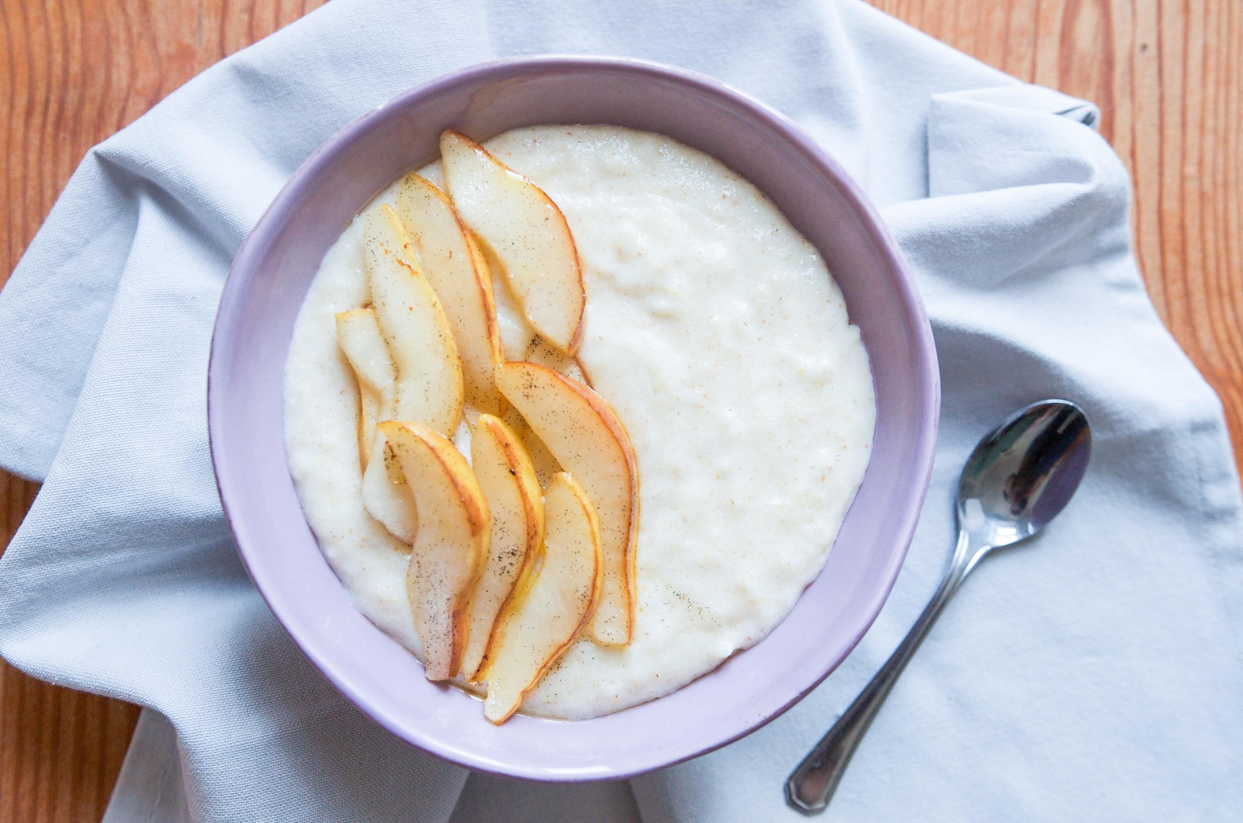 Dinkel Grießbrei mit Vanillebirnen zum Frühstück