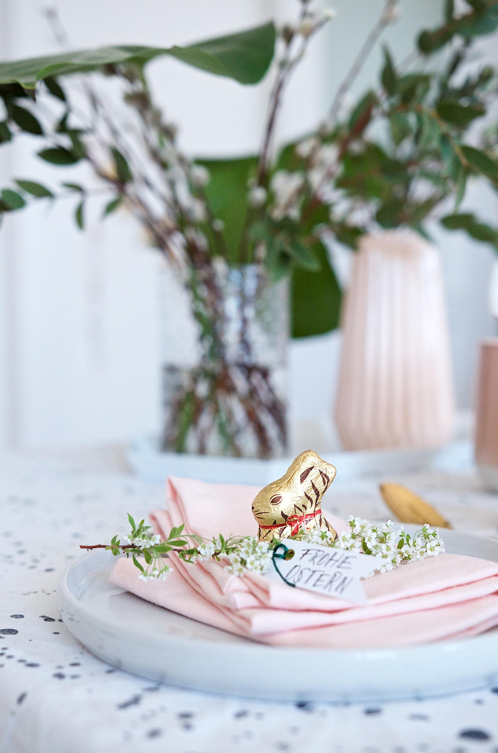 Zarte Tischdeko für den Osterbrunch mit kleinem Animal Print Goldhasen von Lindt