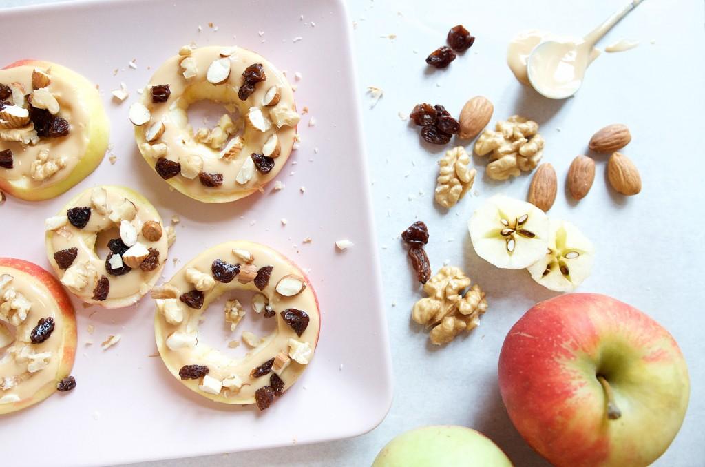 gesund lecker apfelring snack mit erdnussmus und. Black Bedroom Furniture Sets. Home Design Ideas