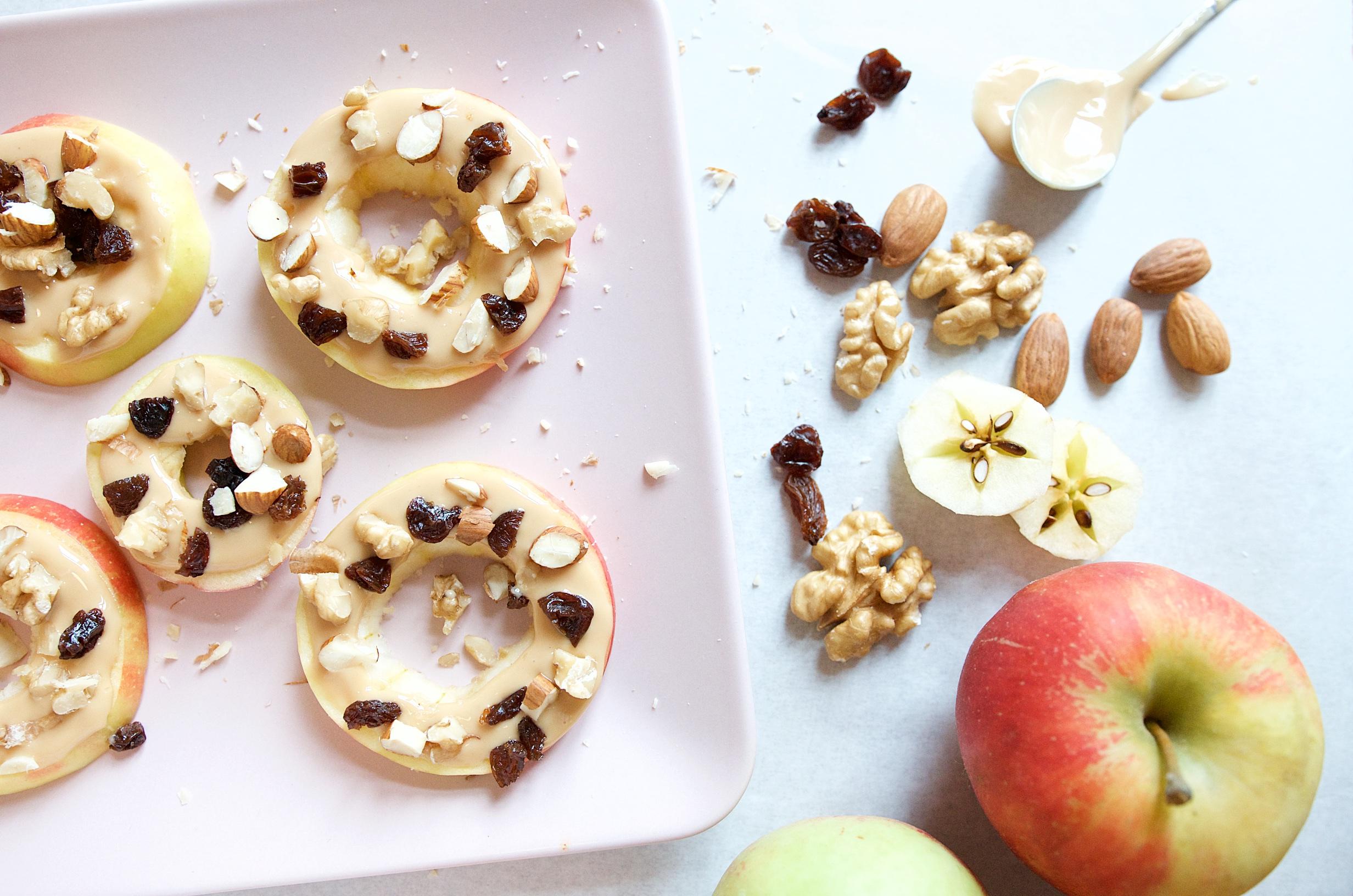 Gesund und lecker - Nachmittagssnack für Kinder mit Apfel, Erdnussmus und Topping