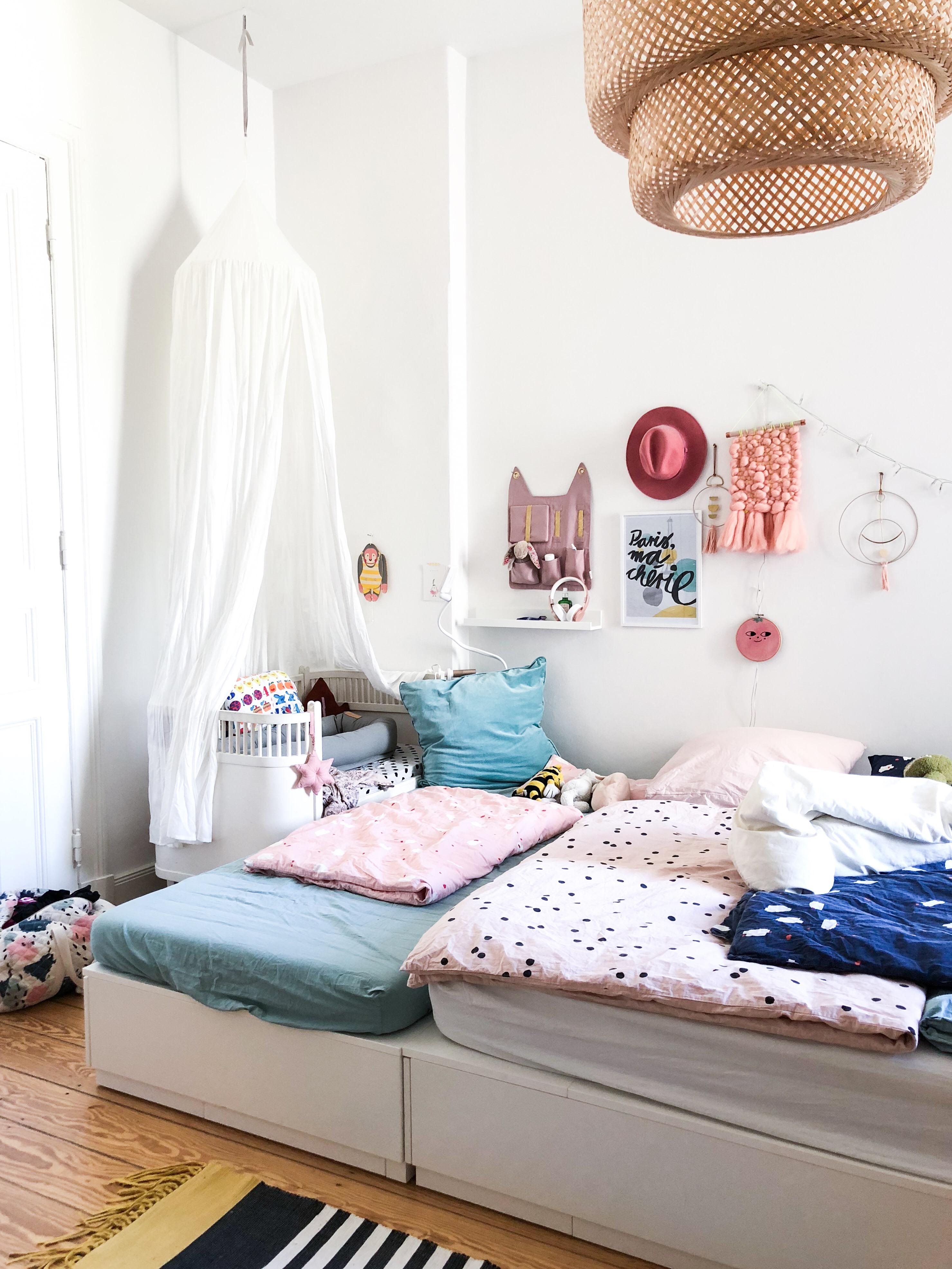 Improvisiertes Familienbett mit Beistellbett